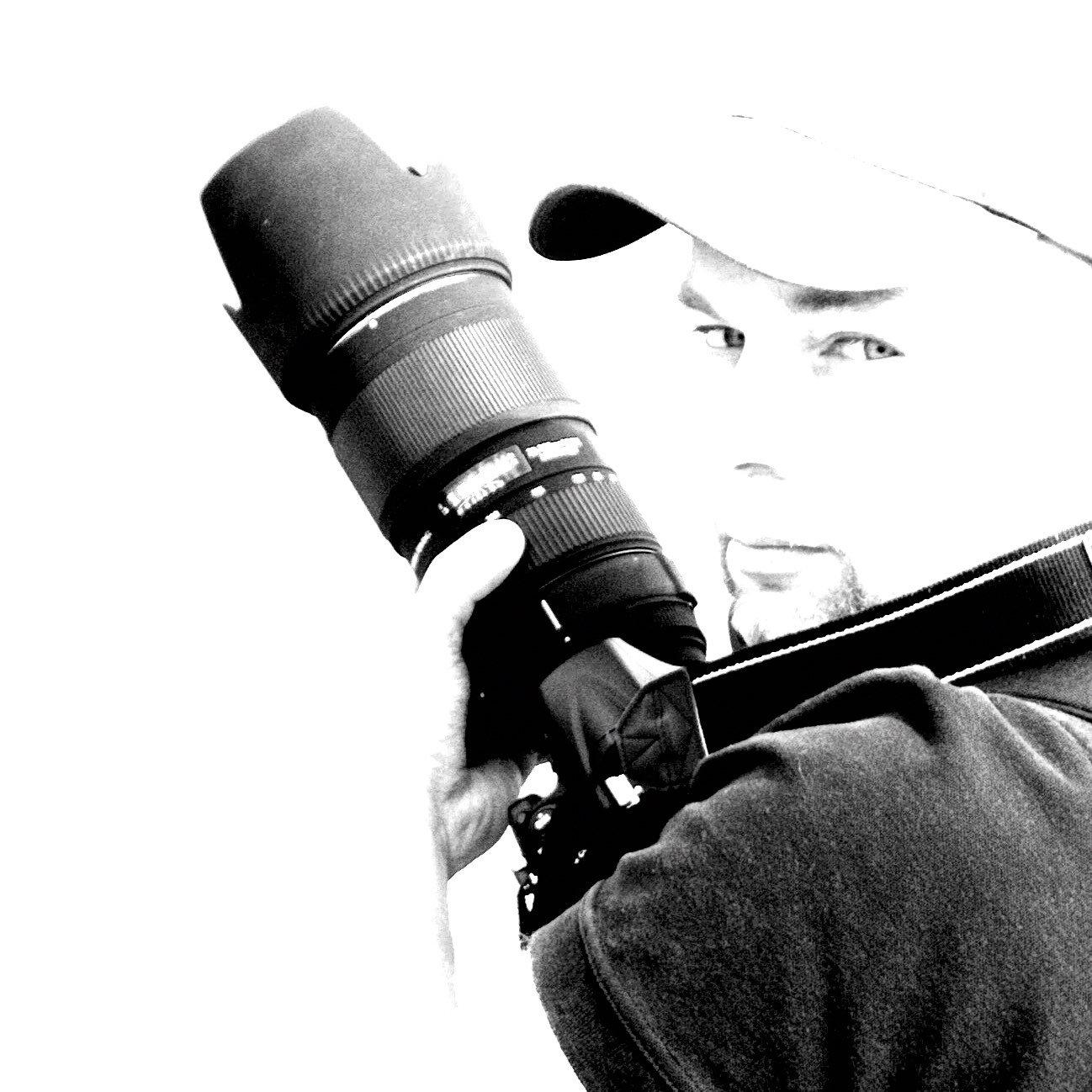 Instagramer Malte Klauck in schwarz-weiss mit Kamera