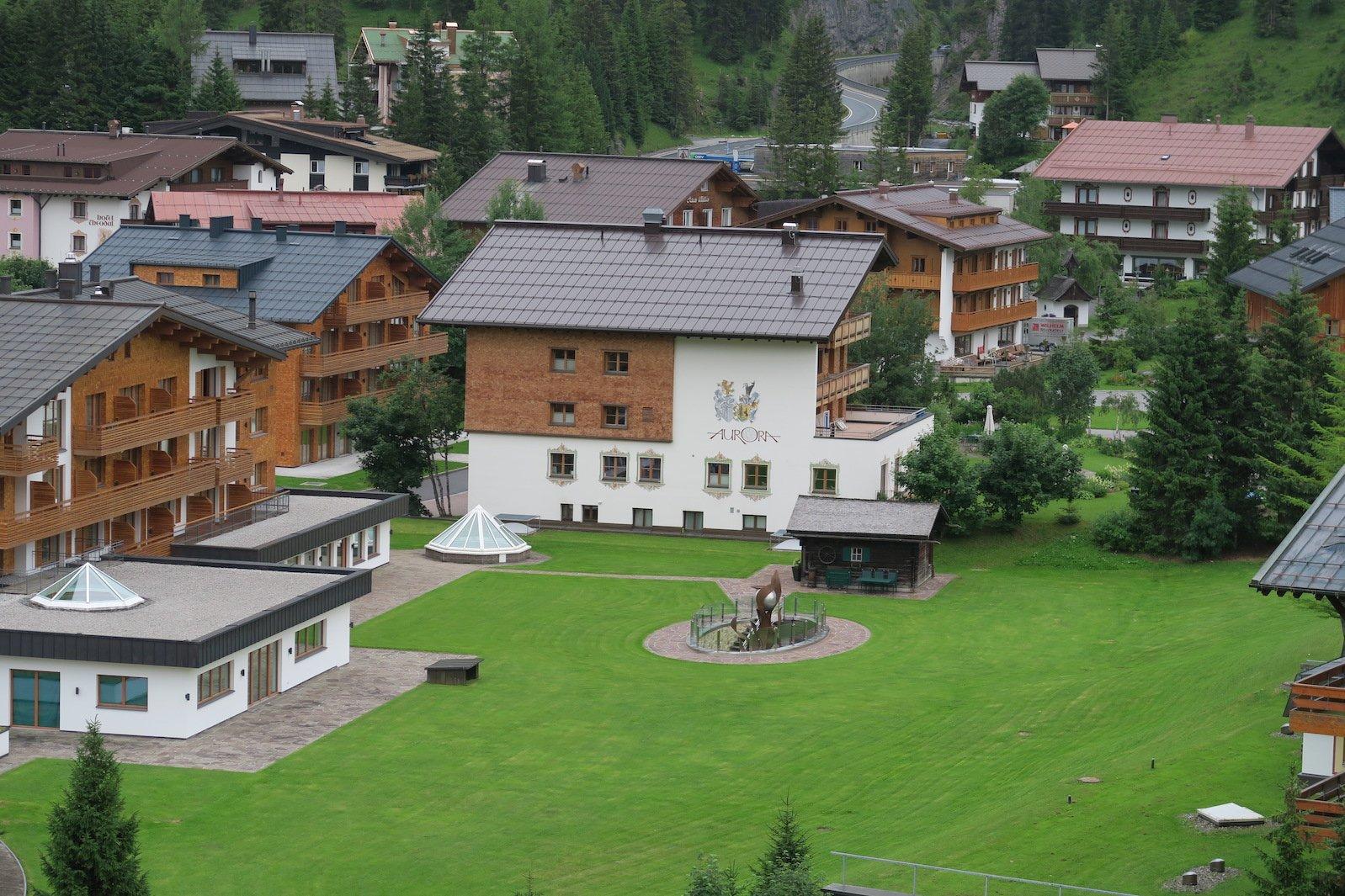 Das Hotel Aurora in Lech vom Lechweg aus
