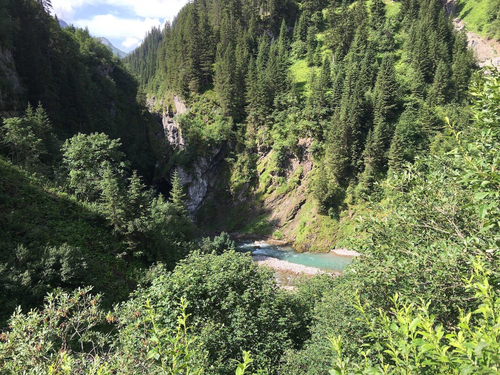Ein Blick auf den Lech vom Lechweg zwischen Lech und Warth