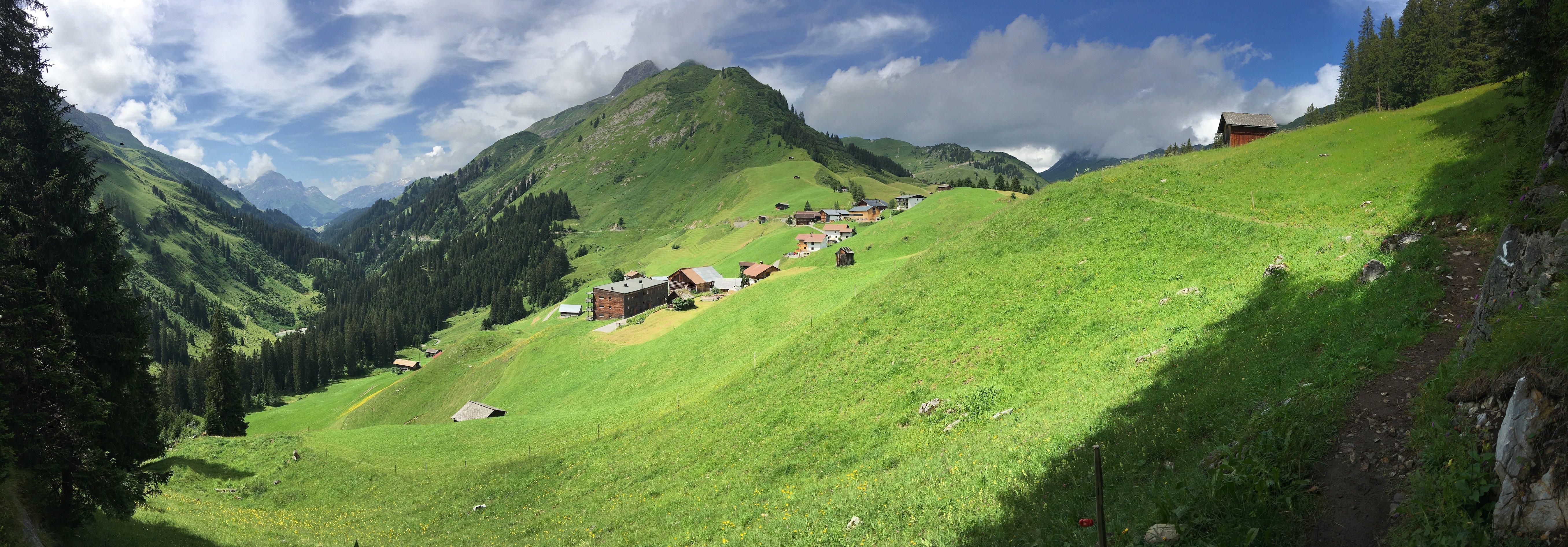 Panorama ins Lechtal in Richtung Lech, kurz vor Warth auf dem Lechweg, zweite Etappe