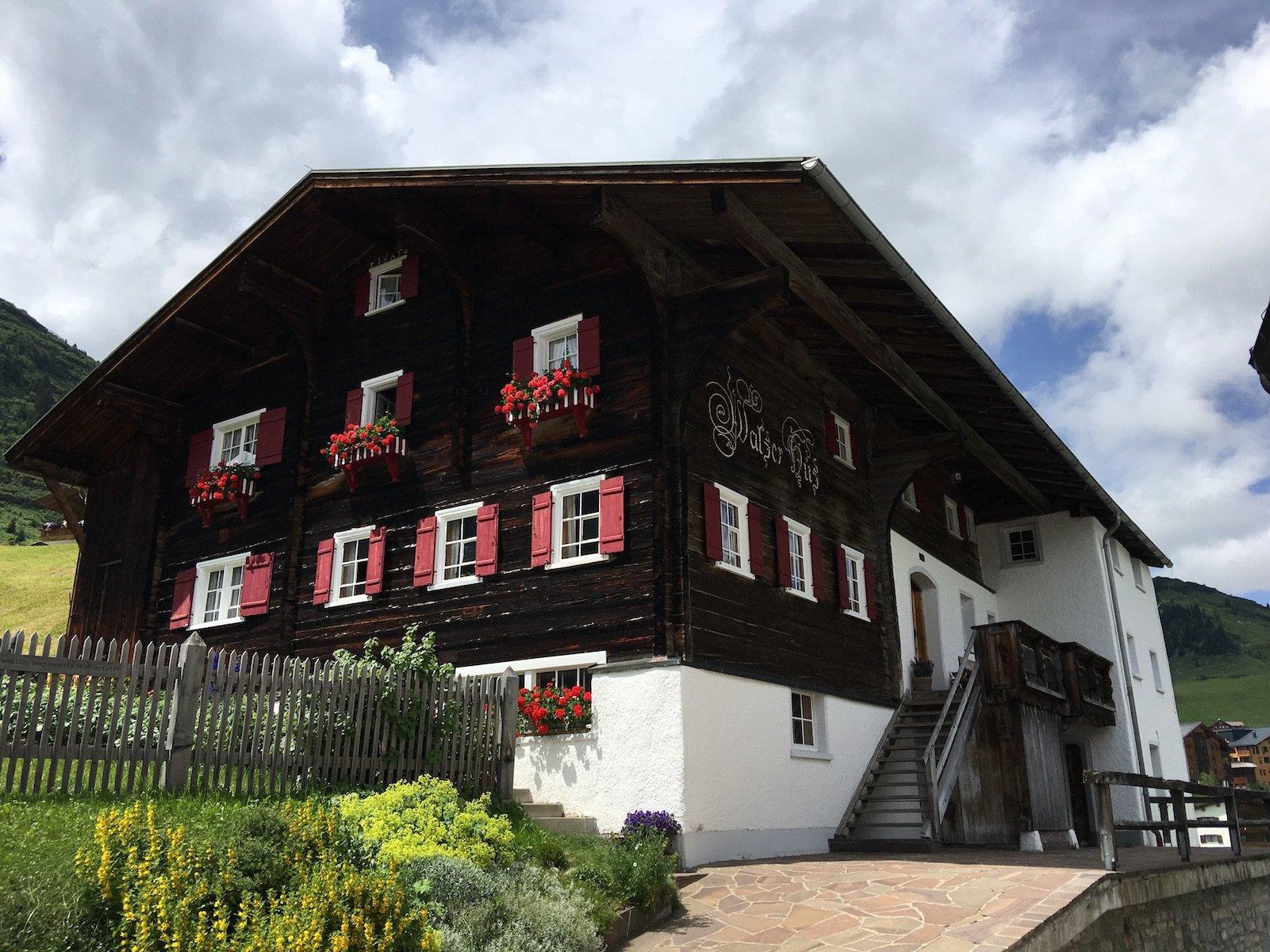 Das älteste Haus von Warth, das Walser Hus, liegt direkt am Lechweg
