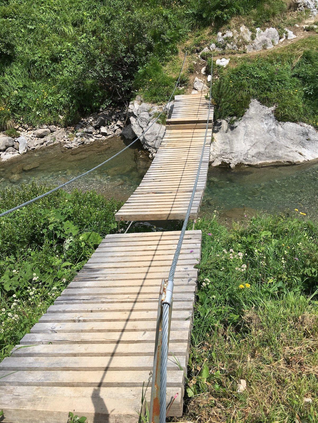 Brücke über den Bach auf dem Lechweg zwischen Warth und Gehren