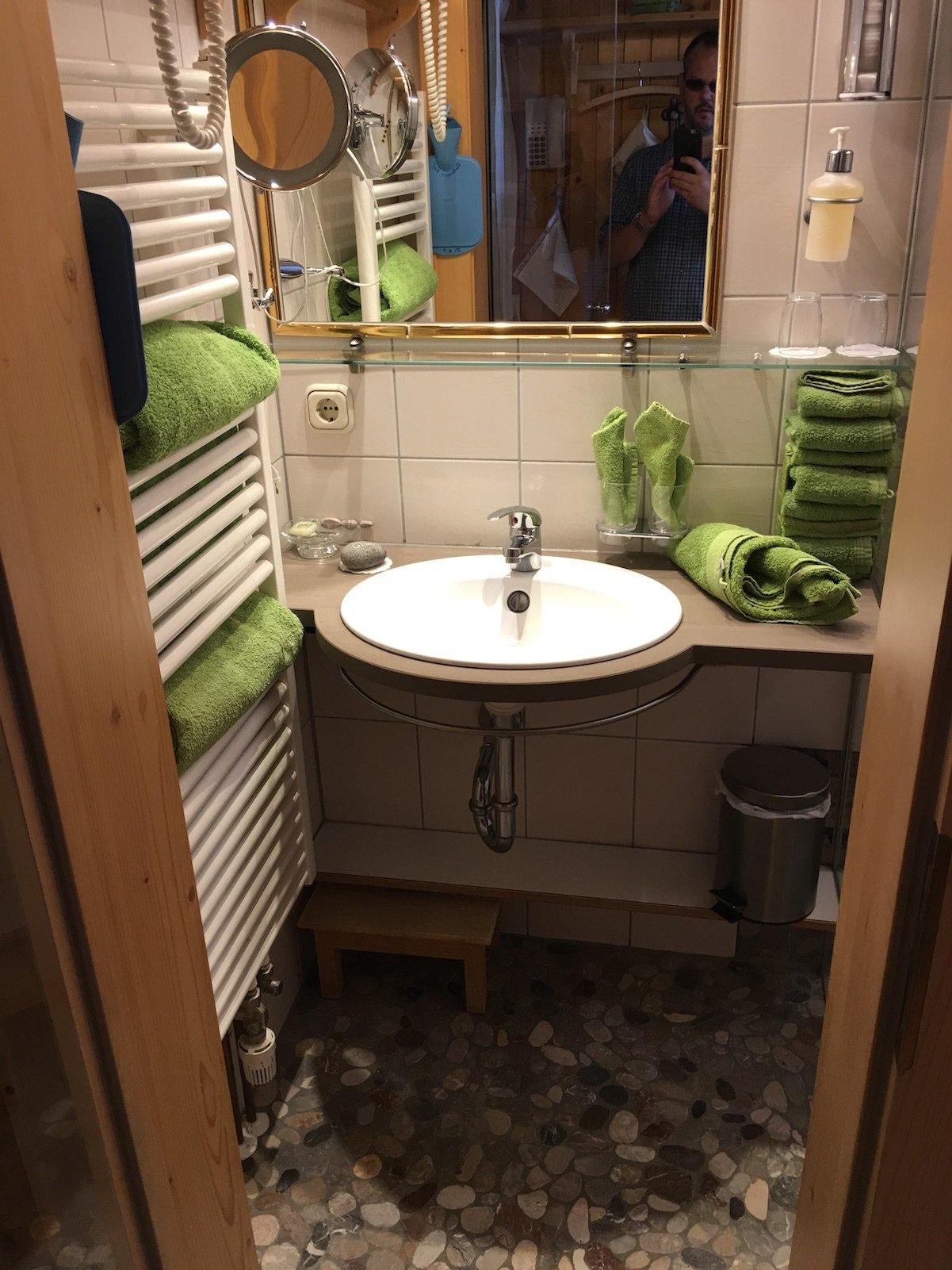 Waschbecken, getrennt von der Dusche