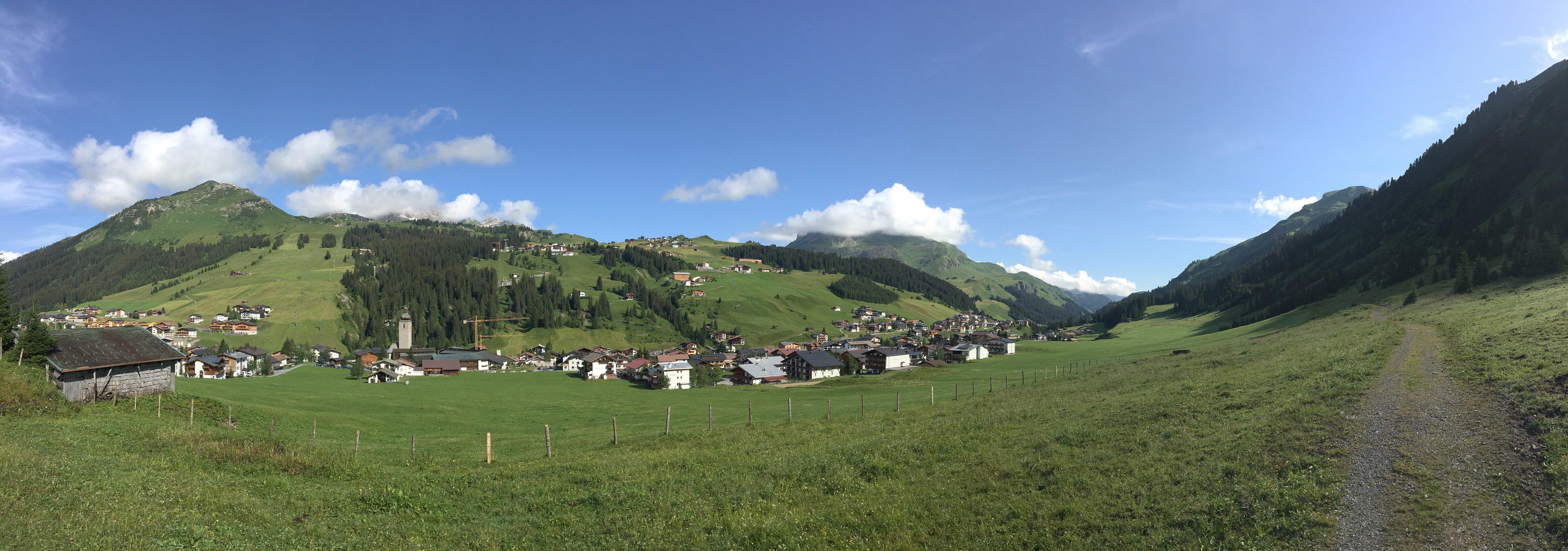 Panorama des vor mir liegenden Weges, oberhalb von Lech auf dem Lechweg