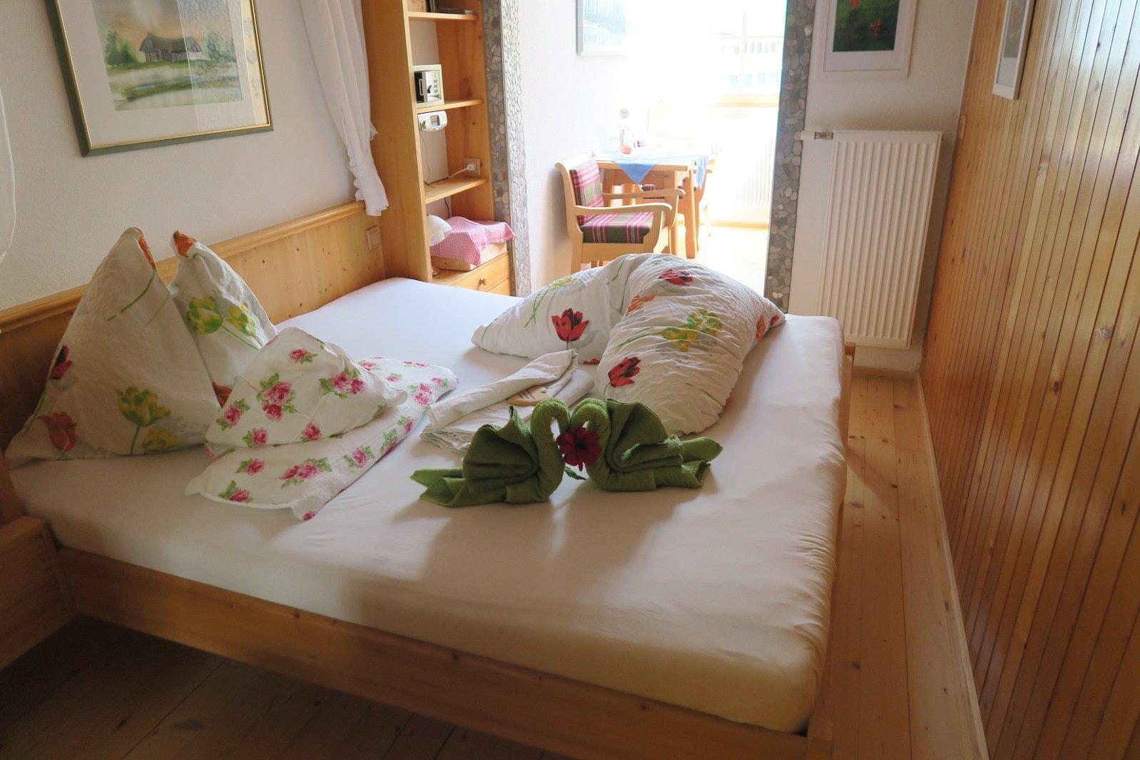 Mein liebevoll hergerichtetes Bett im Gehrnerhof auf dem Lechweg am Ende meiner zweiten Etappe