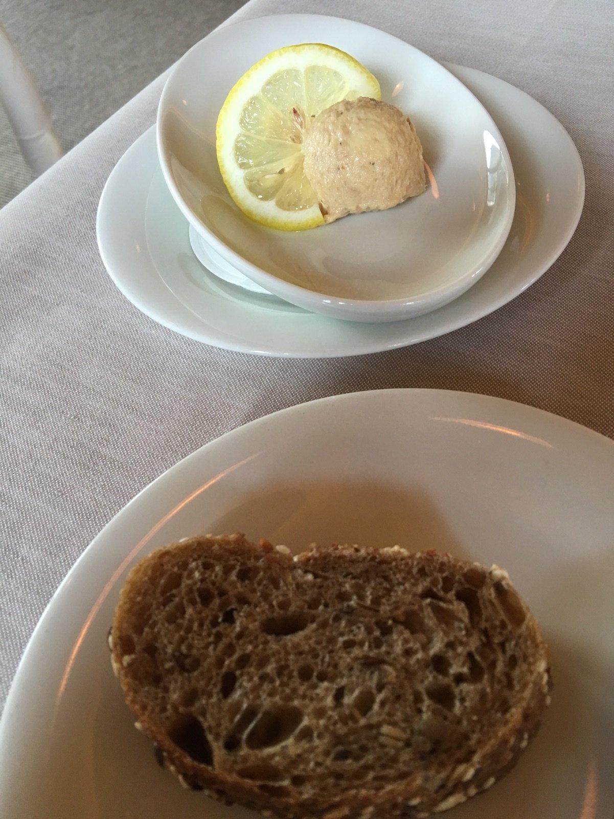 Thunfischbutter und Brot vorneweg