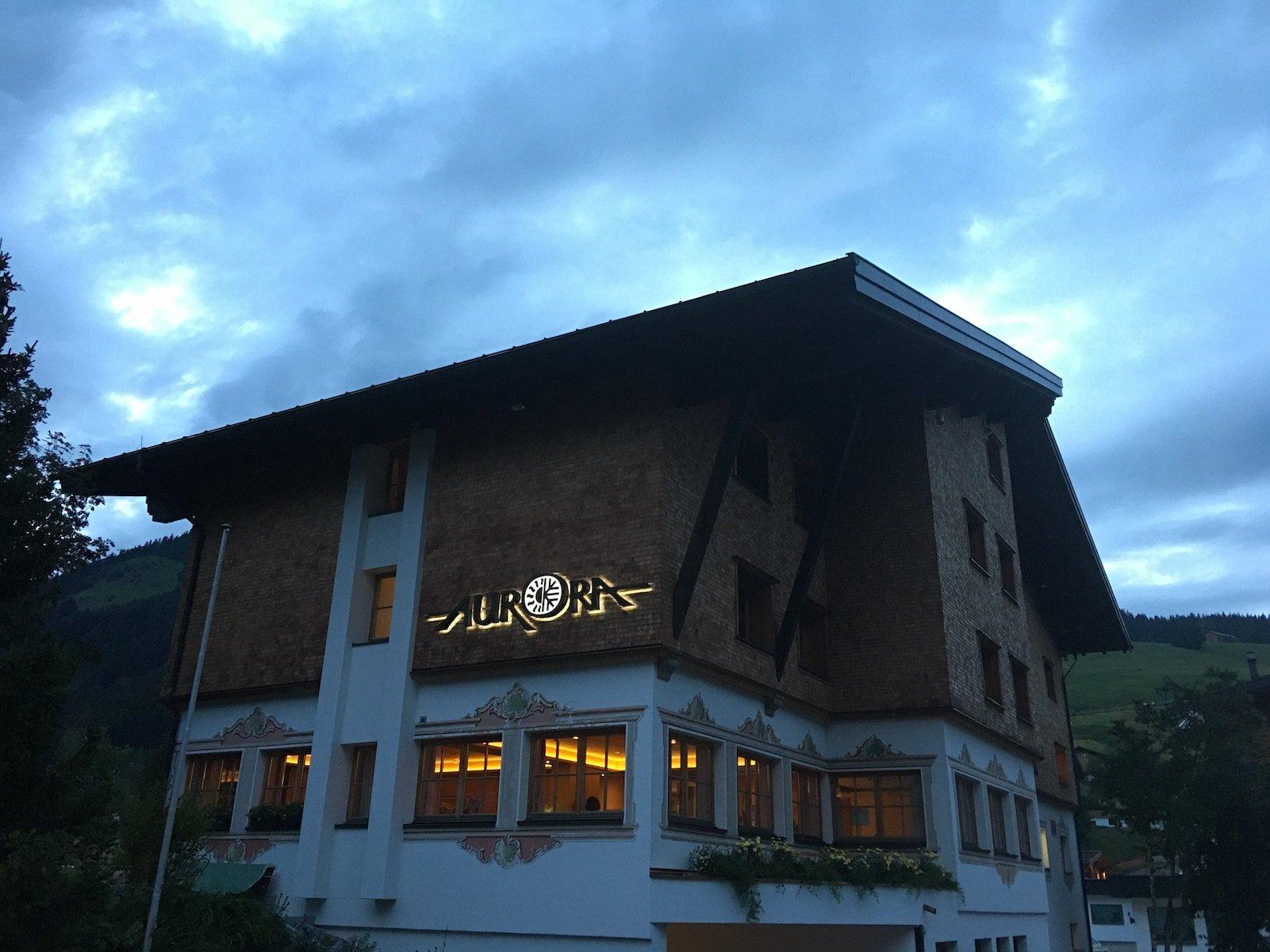 Das Hotel Aurora in der Nacht