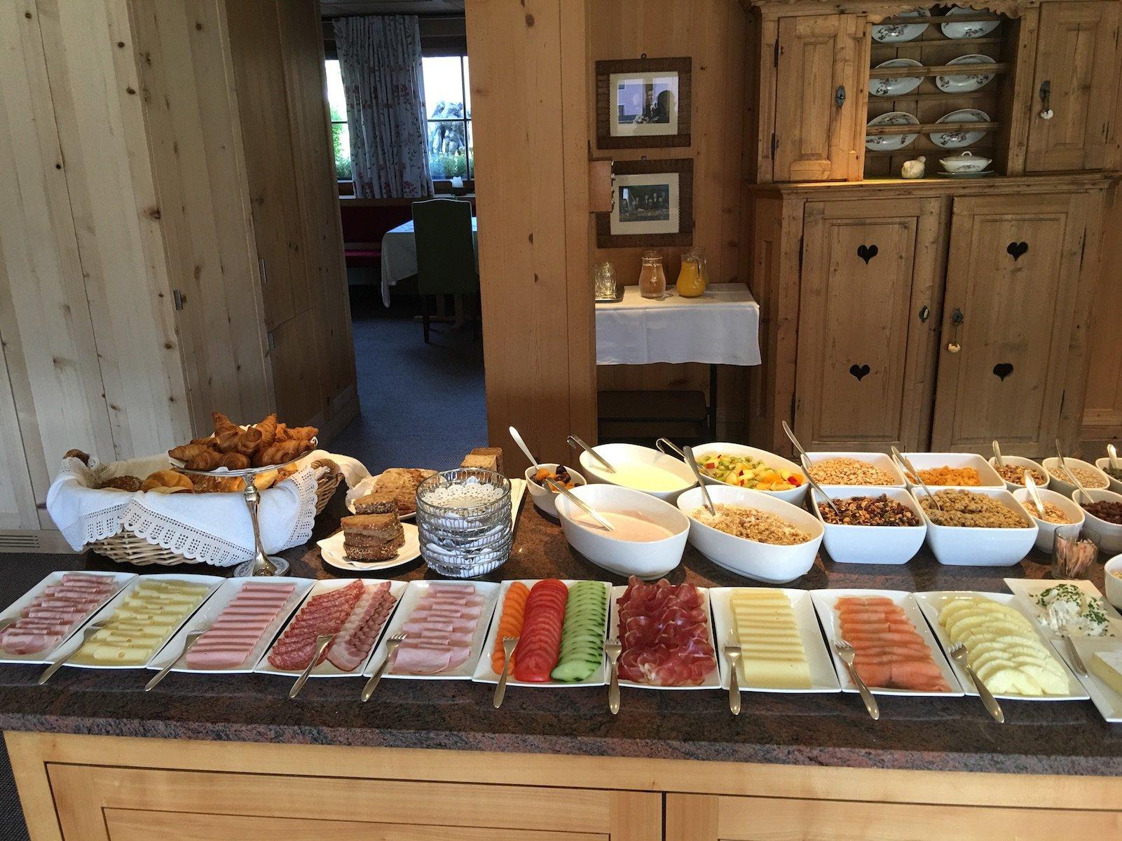 Frühstücksauswahl im Hotel Aurora in Lech