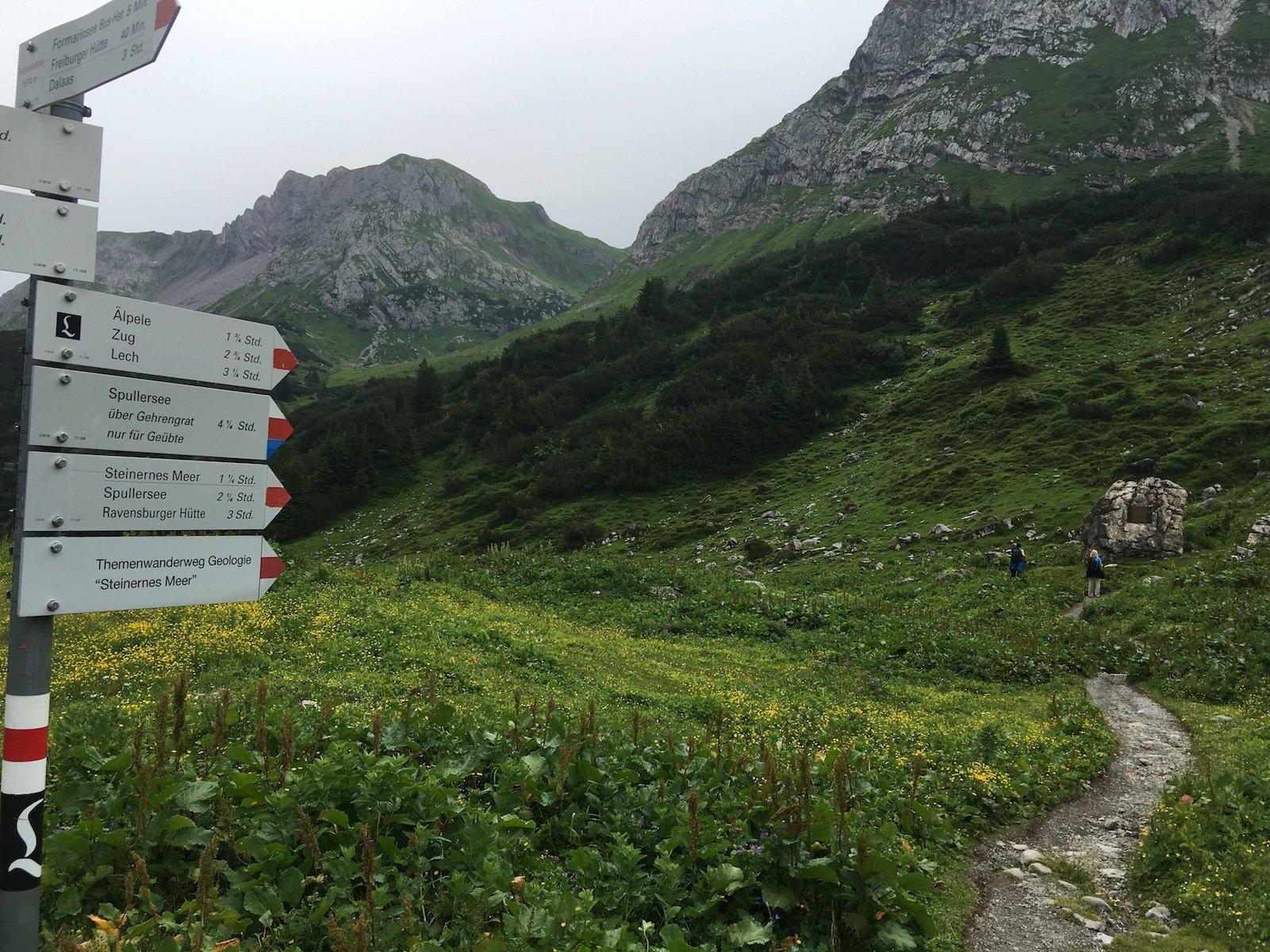 Zahlreiche Schilder am Einstieg in den Lechweg in der Nähe des Formarinsees