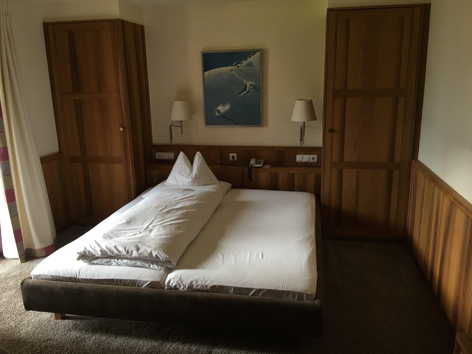 Mein Bett im Hotel Aurora in Lech - Du siehst, ich war damals alleine unterwegs ;)