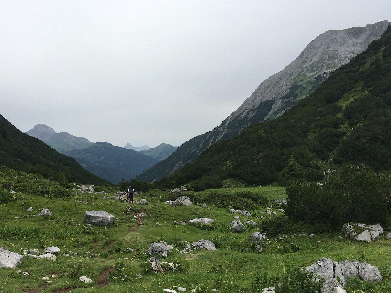 In guter Entfernung sind auch andere Wanderer zu sehen auf dem Weg nach Lech