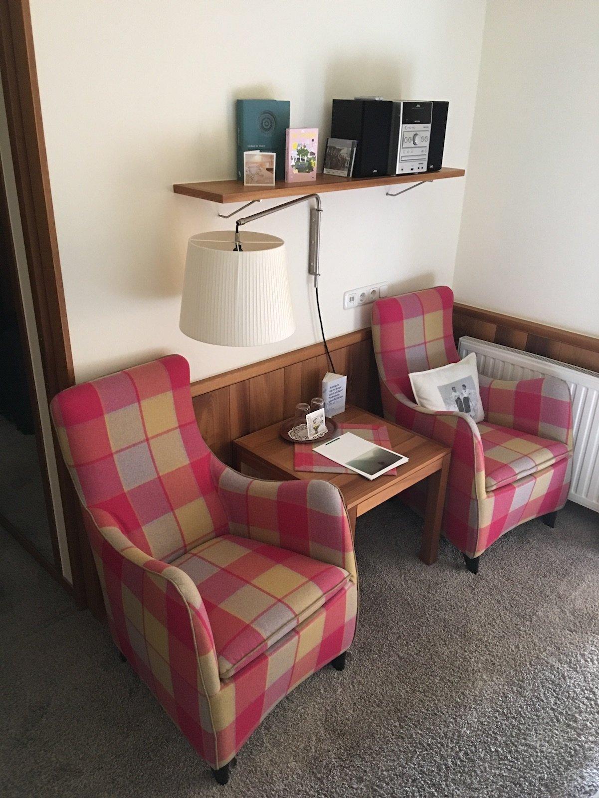 Sessel in meinem Zimmer im Hotel Aurora in Lech