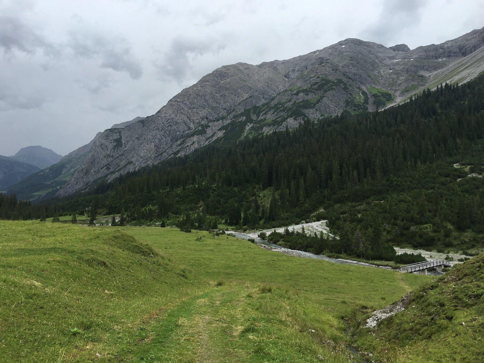 Ein paar Meter zurück zu Lech und Lechweg vom Restaurant Älple aus