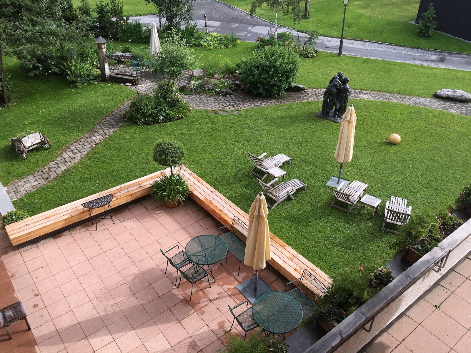 Blick vom Balkon in den Garten des Hotels Aurora in Lech