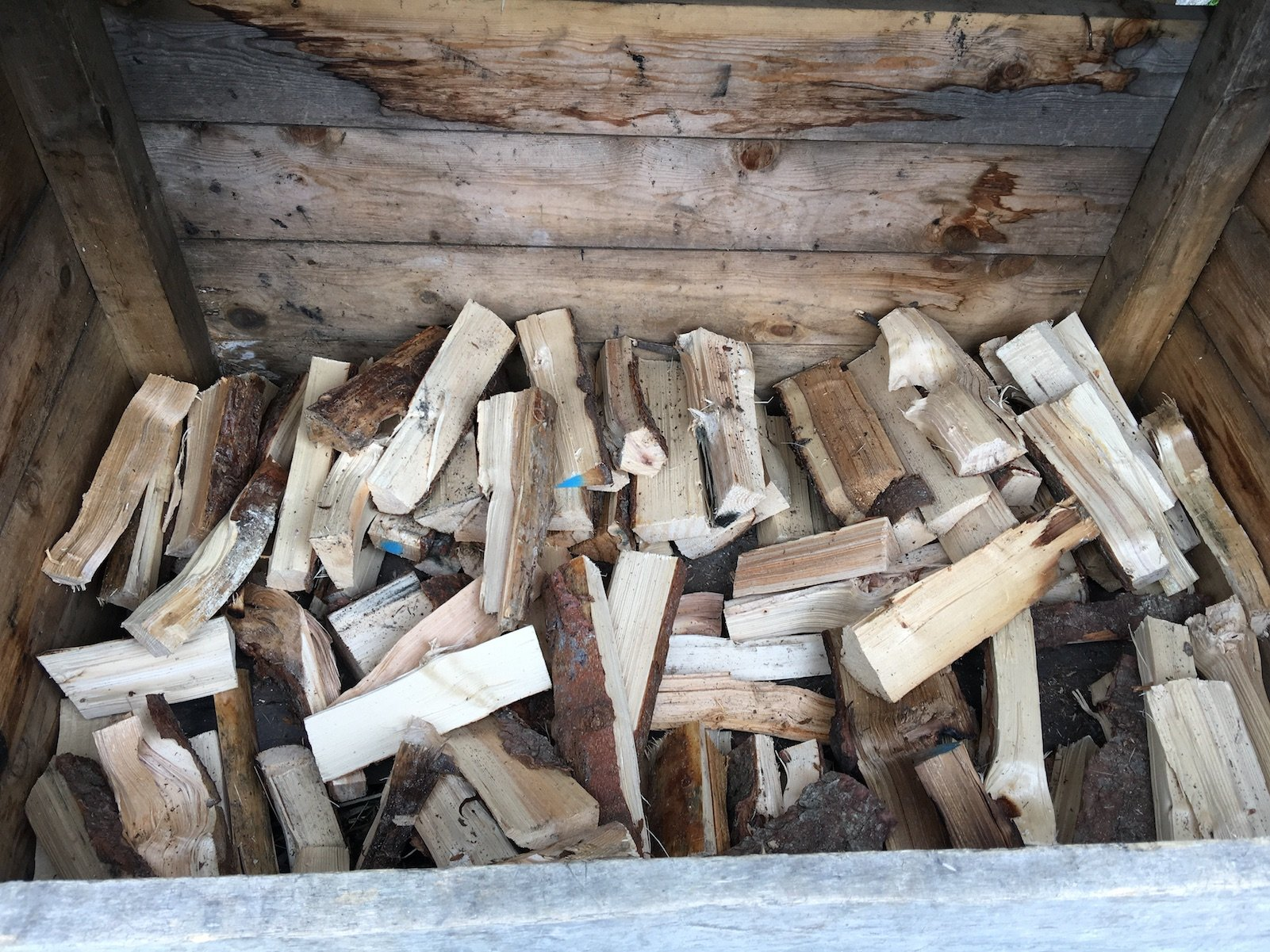 Jede Menge Holzscheite zum Grillen werden bereit gehalten