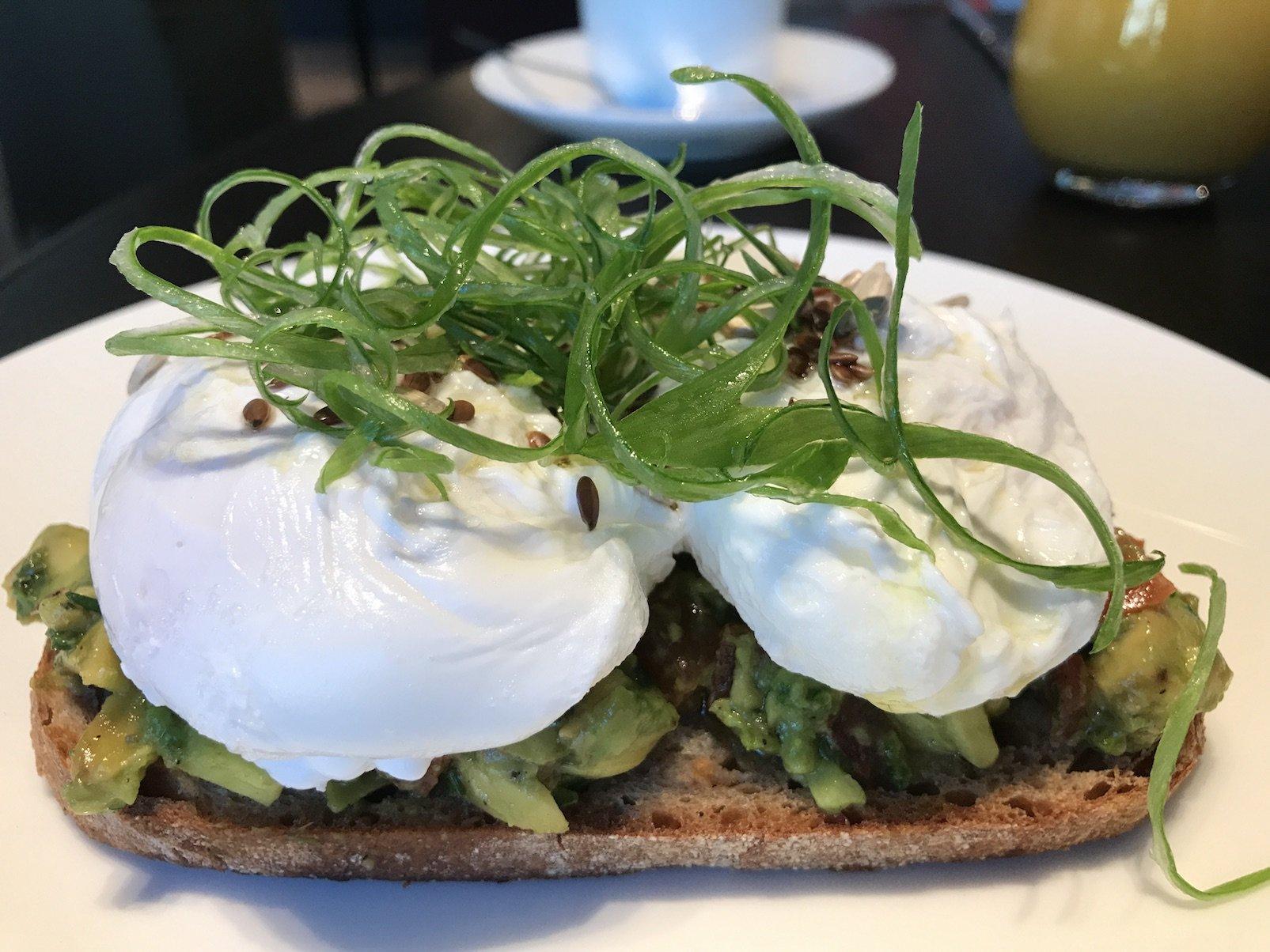 Leckeres Bauernbrot mit Advocado, Tomaten und Ei im Roomers Baden-Baden
