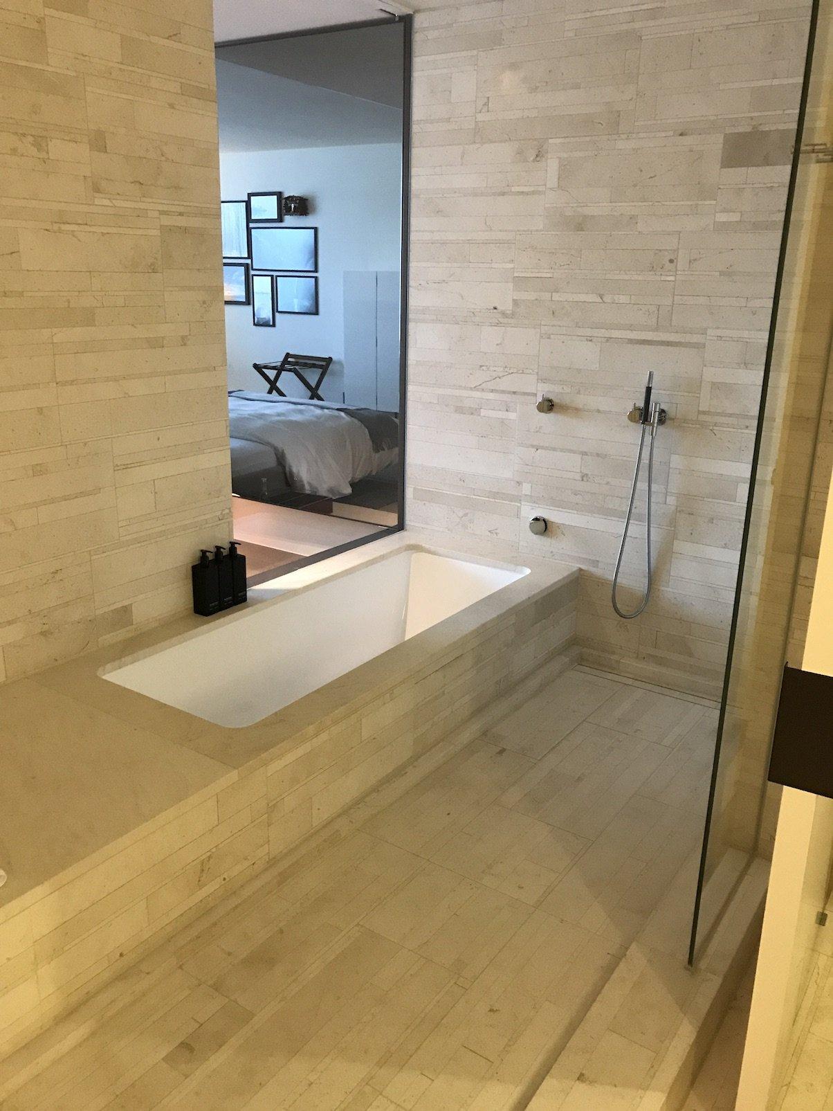 Die Badewanne und die Dusche in unserer Junior Suite im Roomers Baden-Baden