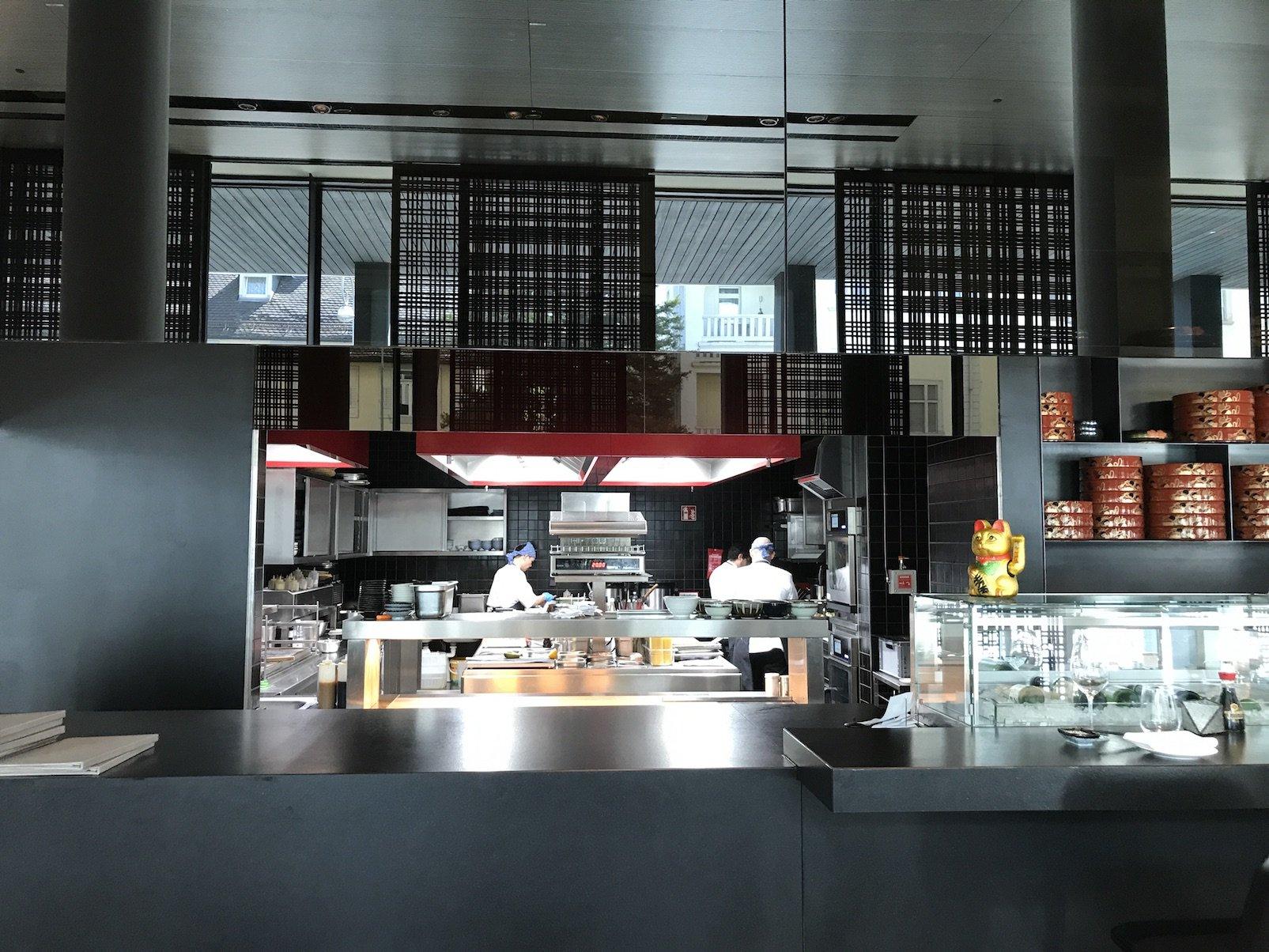 Die Küche im Restaurant moriki ist offen und Du kannst zuschauen, wie Dein Essen zubereitet wird