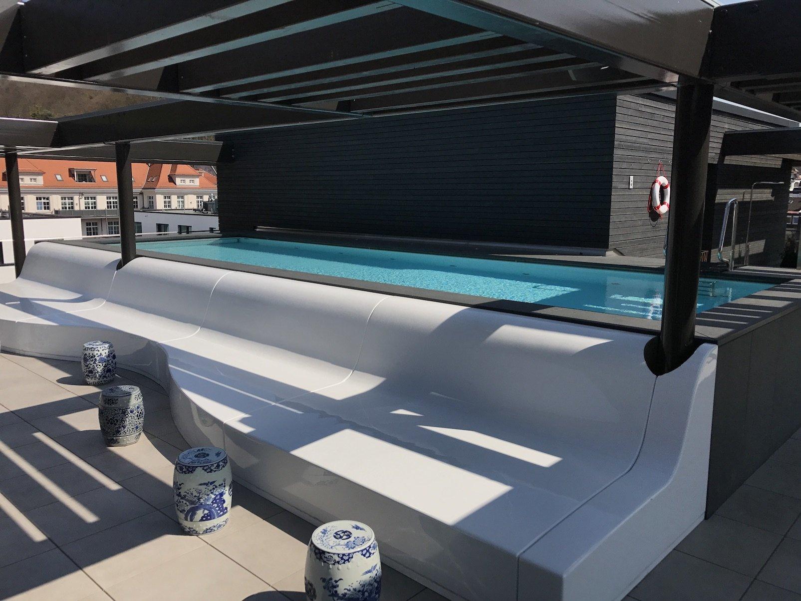 Der Infinity Pool des Roomers Baden-Baden