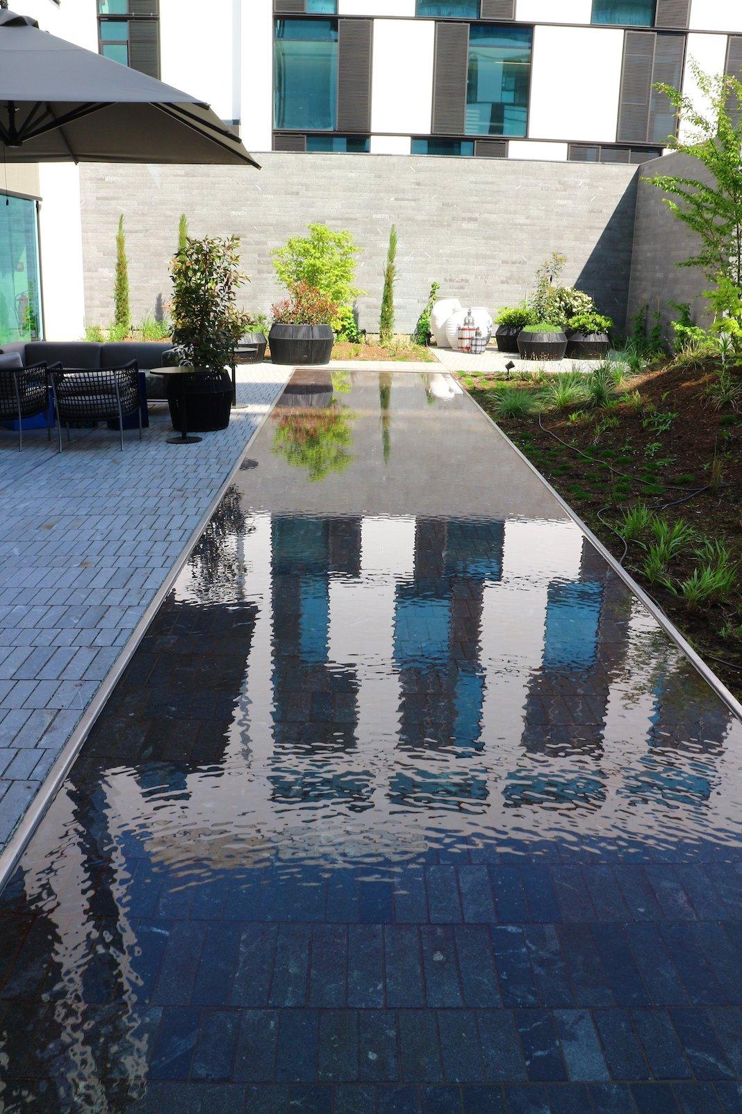 Schönes Wasserspiel draussen neben der Bar im Roomers Baden-Baden