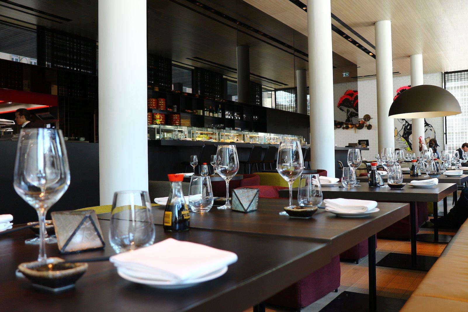 Eingedeckte Tische am Abend im Restaurant moriki im Roomers Baden-Baden