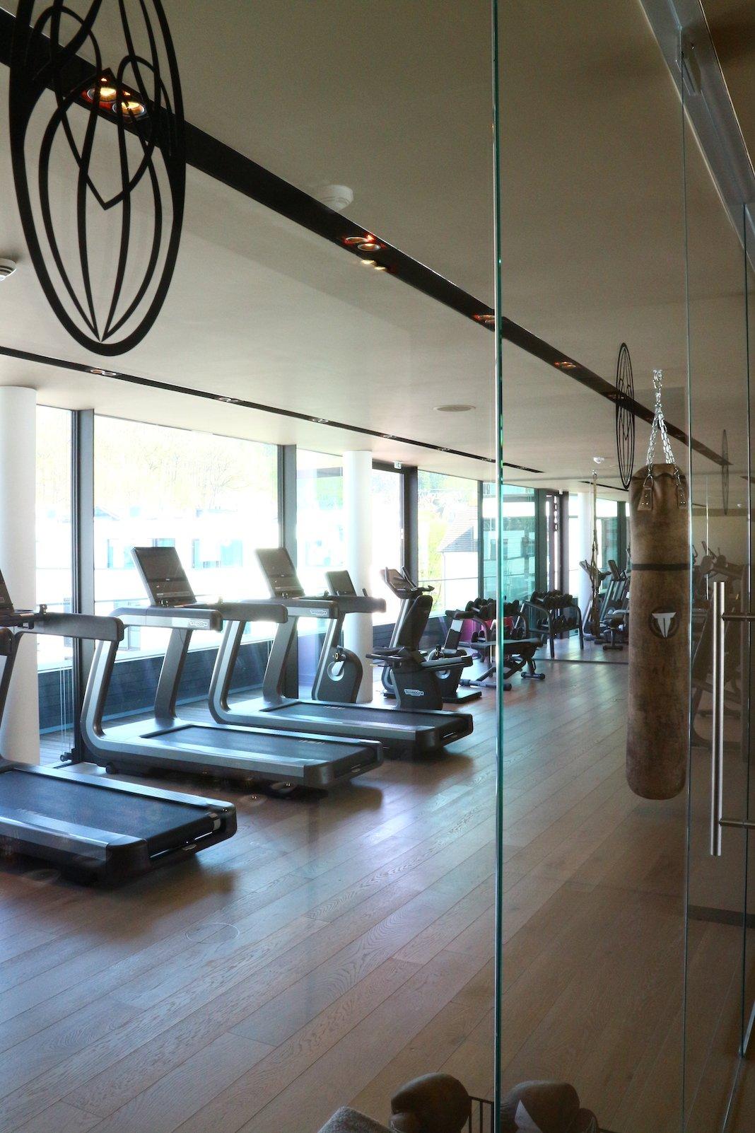 Fitnessraum im Roomers - nicht nur der Boxsack, sondern auch Laufbänder, Crosstrainer und mehr gibt es hier