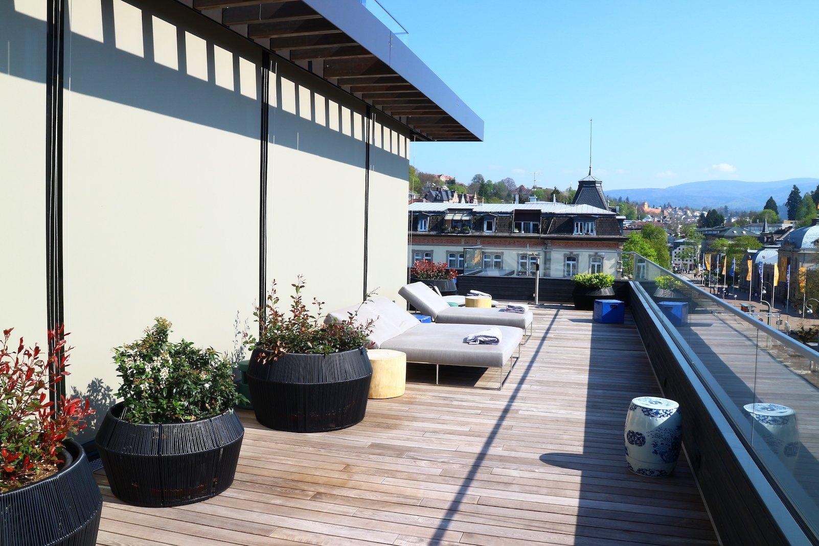 Terrasse als Outdoor Ruhebereich im SPA des Roomers Baden-Baden