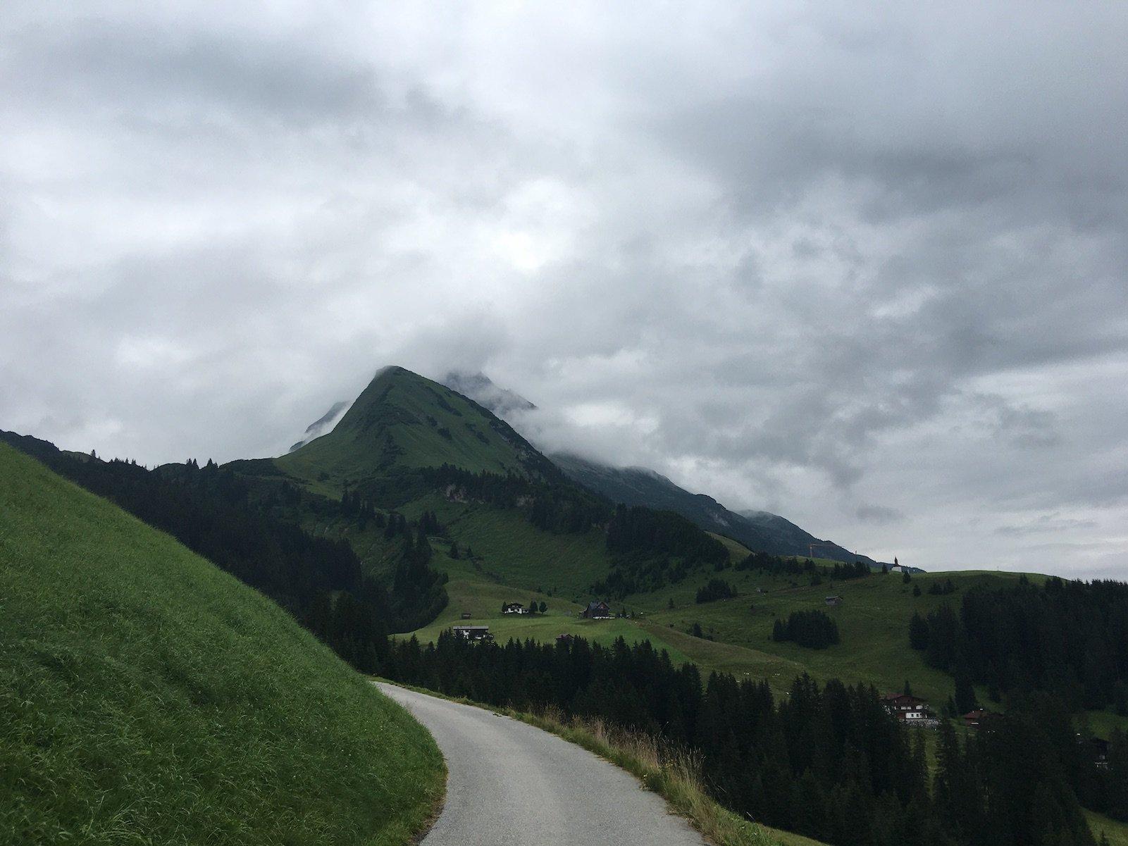 Grauer bewölkter Himmel an diesem Montagmorgen um 8 Uhr in Gehren, meinem Start in die 3. Etappe des Lechwegs
