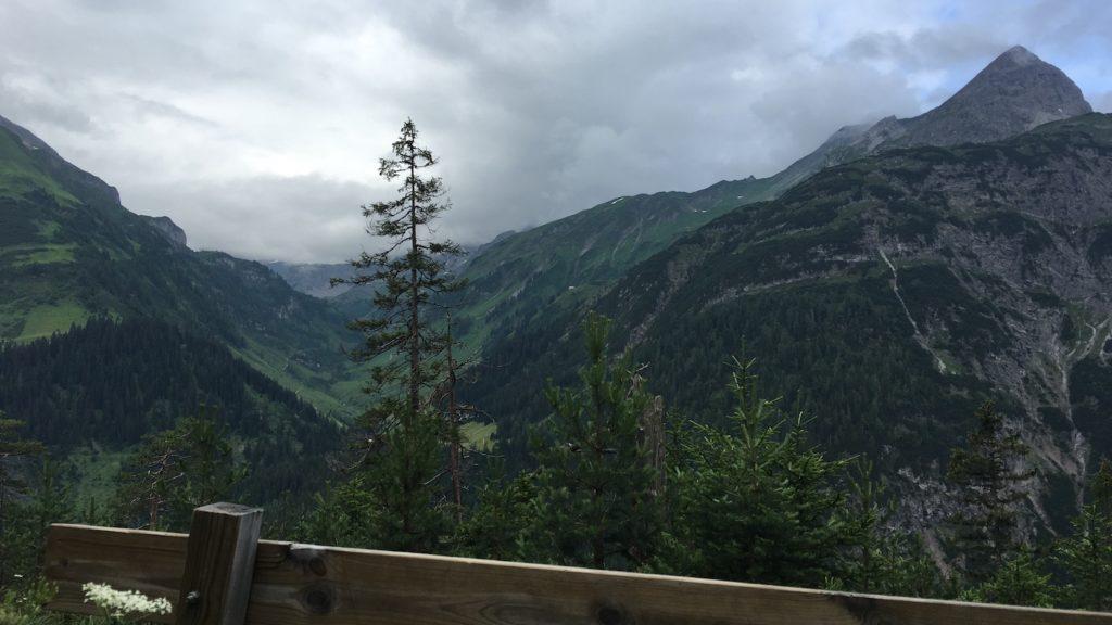 Bank mit toller Aussicht, ca. 5 km nach Gehren auf dem Lechweg