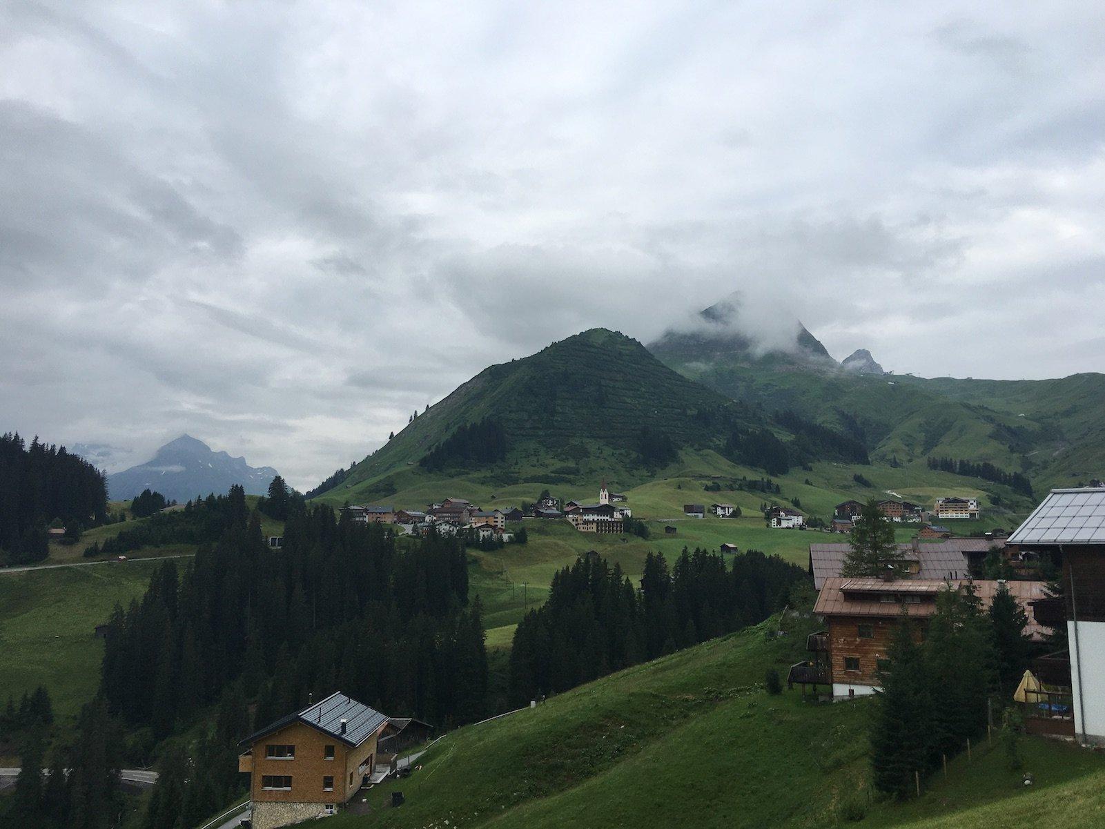 Ein Blick zurück in Richtung Warth auf dem Lechweg kurz nach dem Gehrnerhof