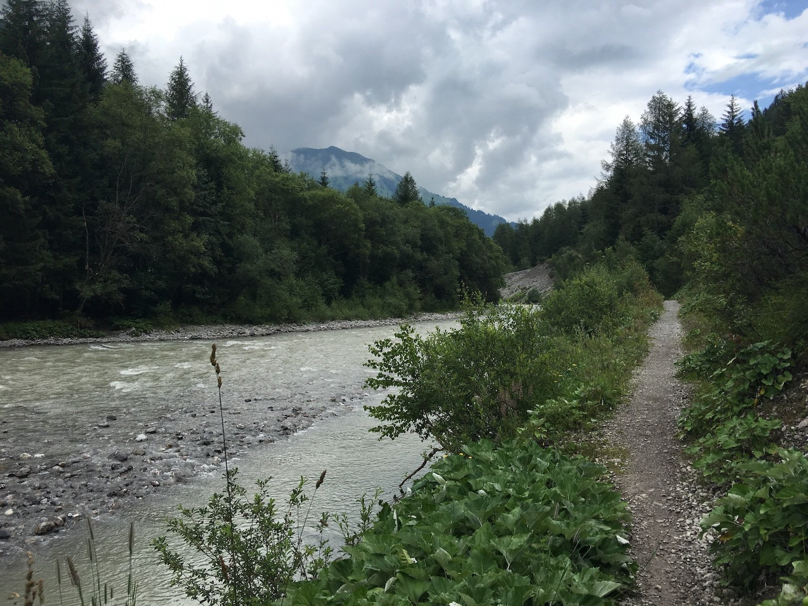 Pfad direkt am Lech entlang auf dem Lechweg zwischen Steeg und Holzgau auf der 3. Etappe