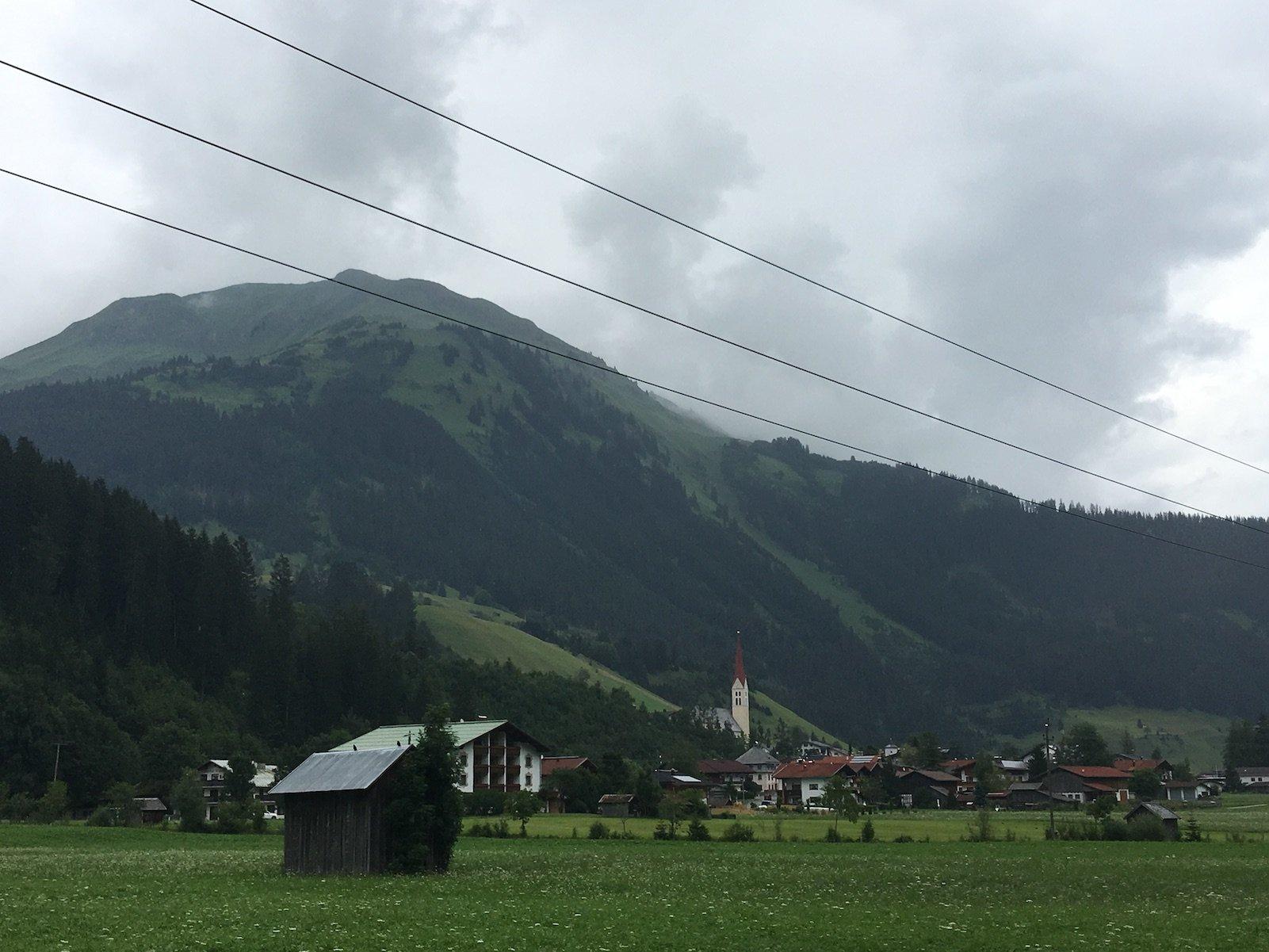 Tagesziel in Sicht: Holzgau liegt vor