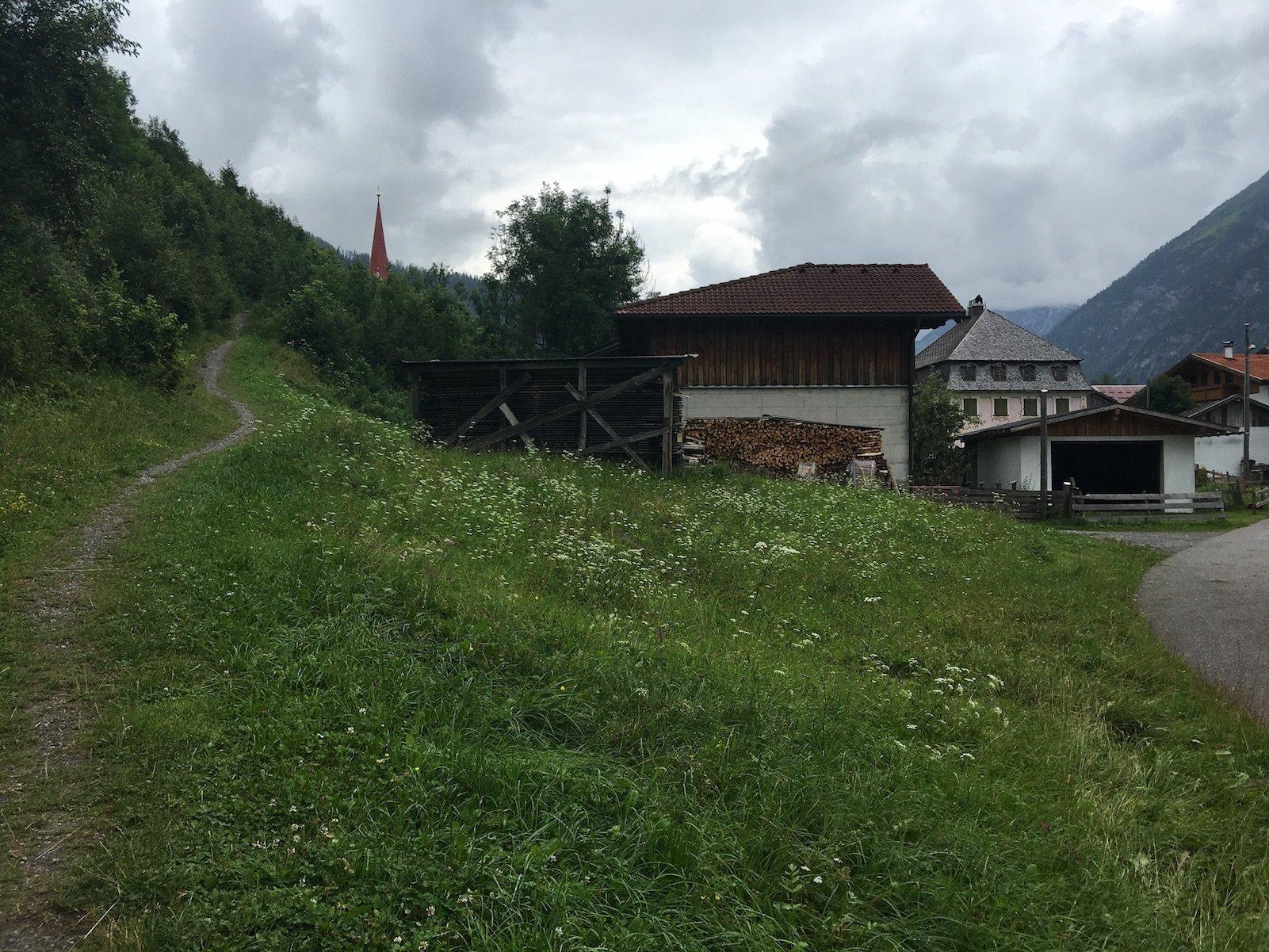 Der Weg oberhalb des Ortes führt zur Kirche