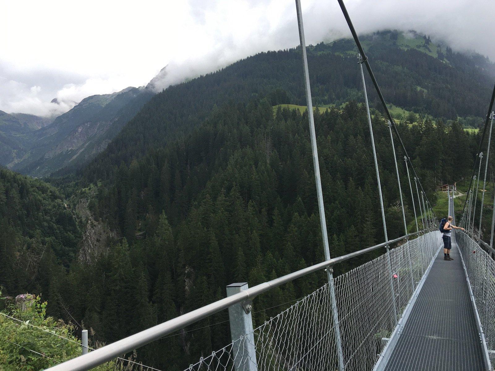 Auch andere sind fasziniert von dem Ausblick, der sich auf der Hängebrücke bietet