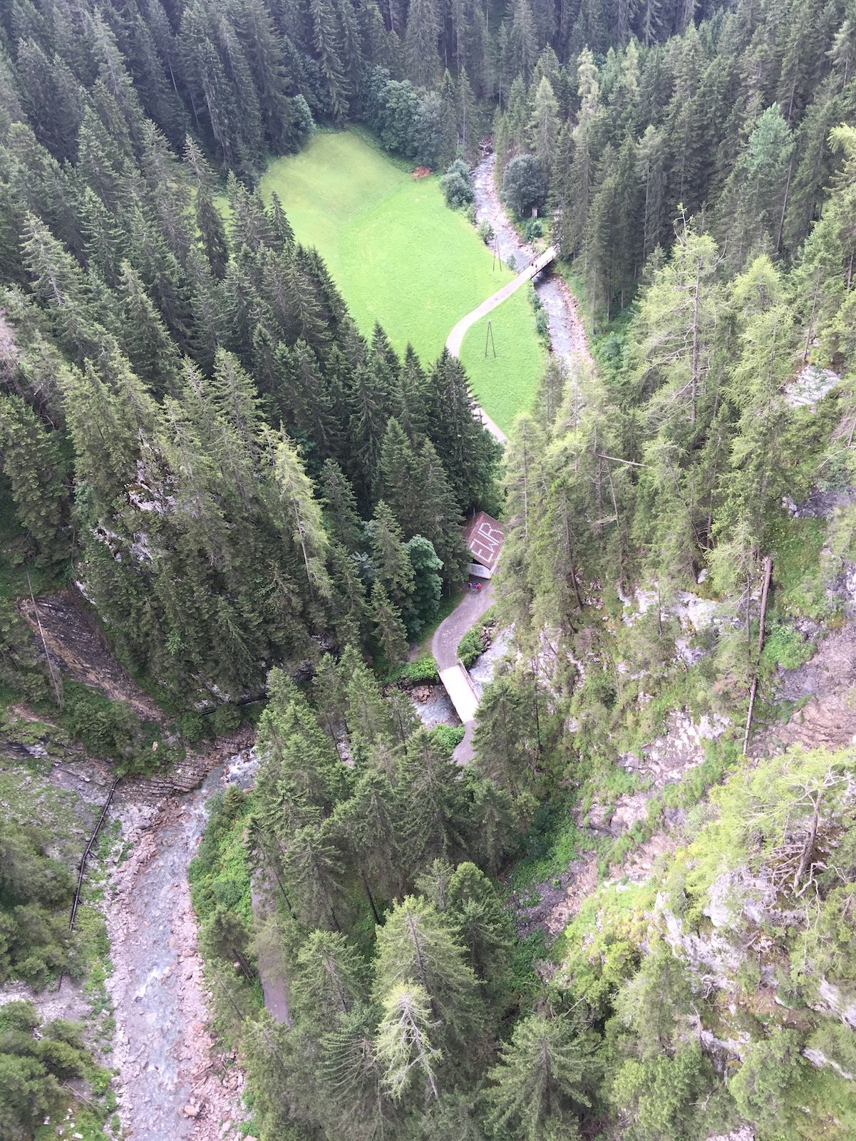 Der Blick über das Geländer der Hängebrücke Holzgau