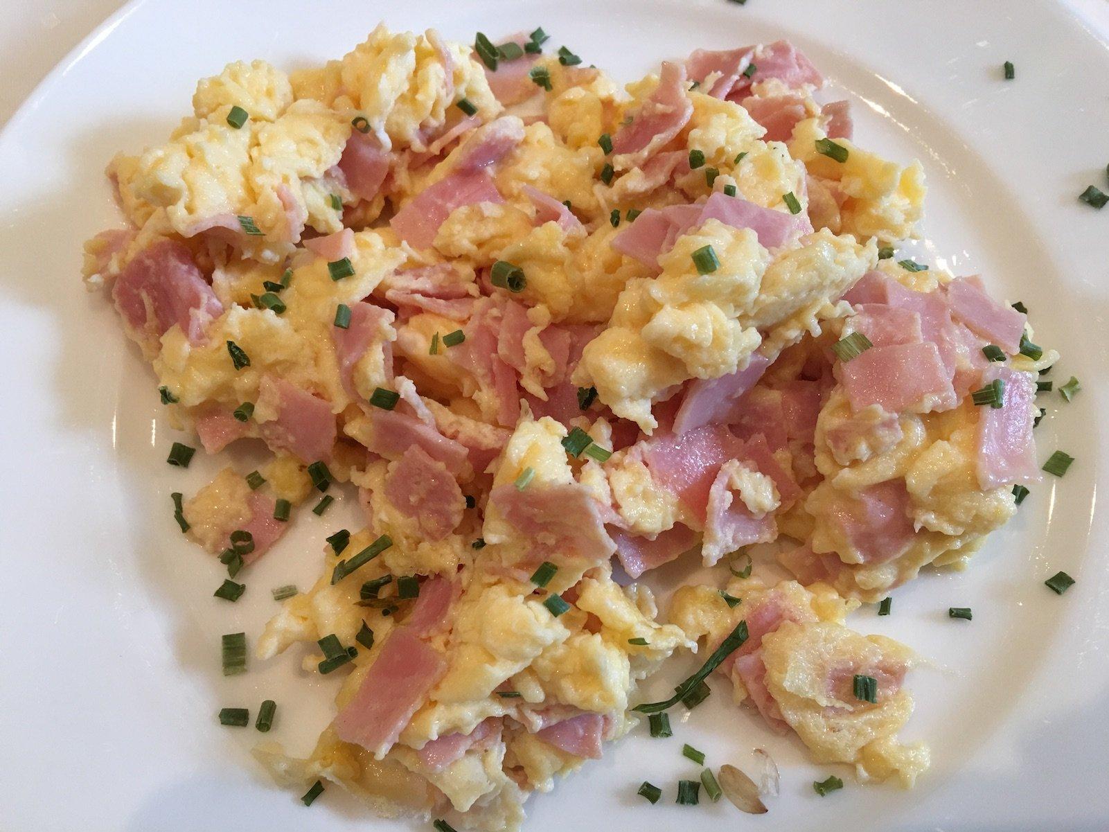 Leckeres frisches Rührei zum Frühstück im Ferienschlössl Harmonie in Holzgau