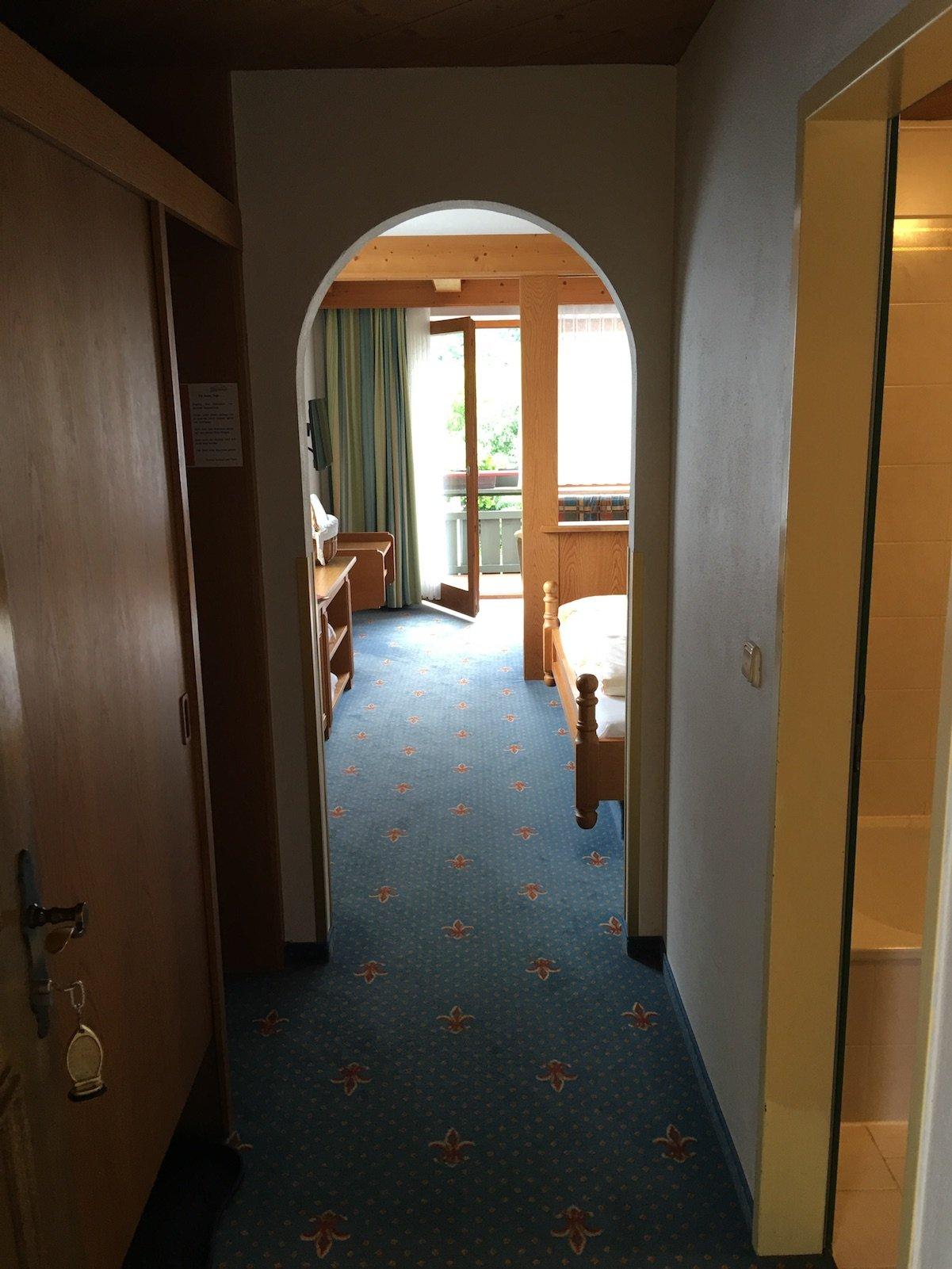 Der erste Blick ins Zimmer im Hotel Alpenrose in Elbigenalp