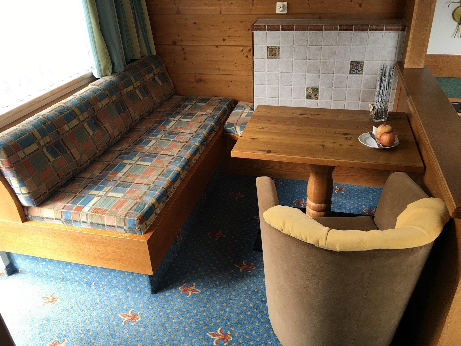 Sitzecke im Zimmer im Hotel Alpenrose in Elbigenalp