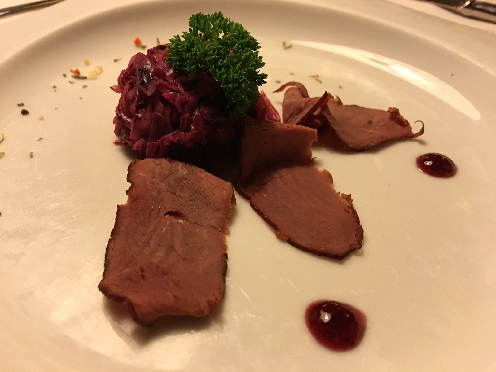 Hirschrücken geräuchert auf Preiselbeer-Rotkrautsalat