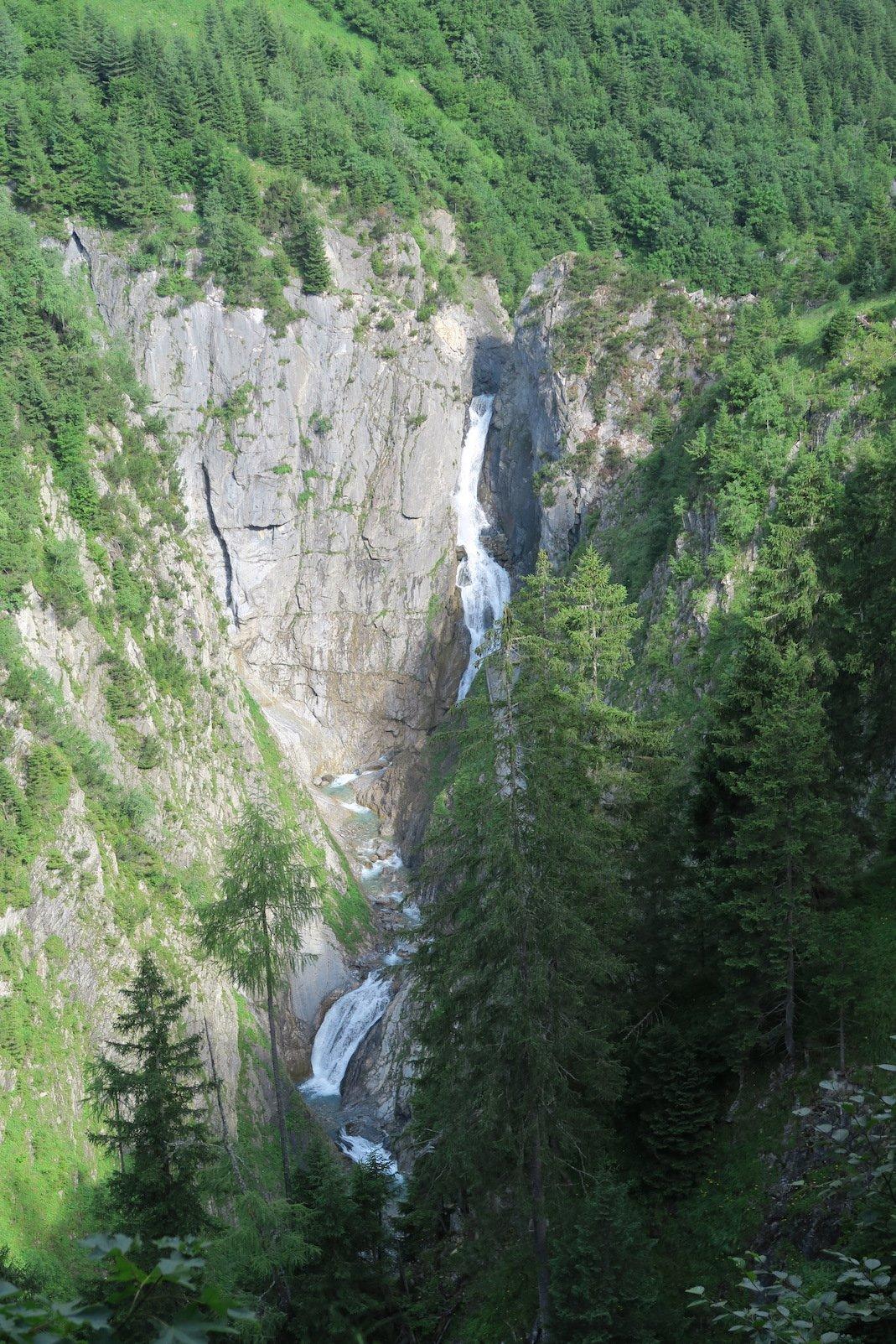 Ein Blick hinunter auf den Simmswasserfall von der anderen Seite