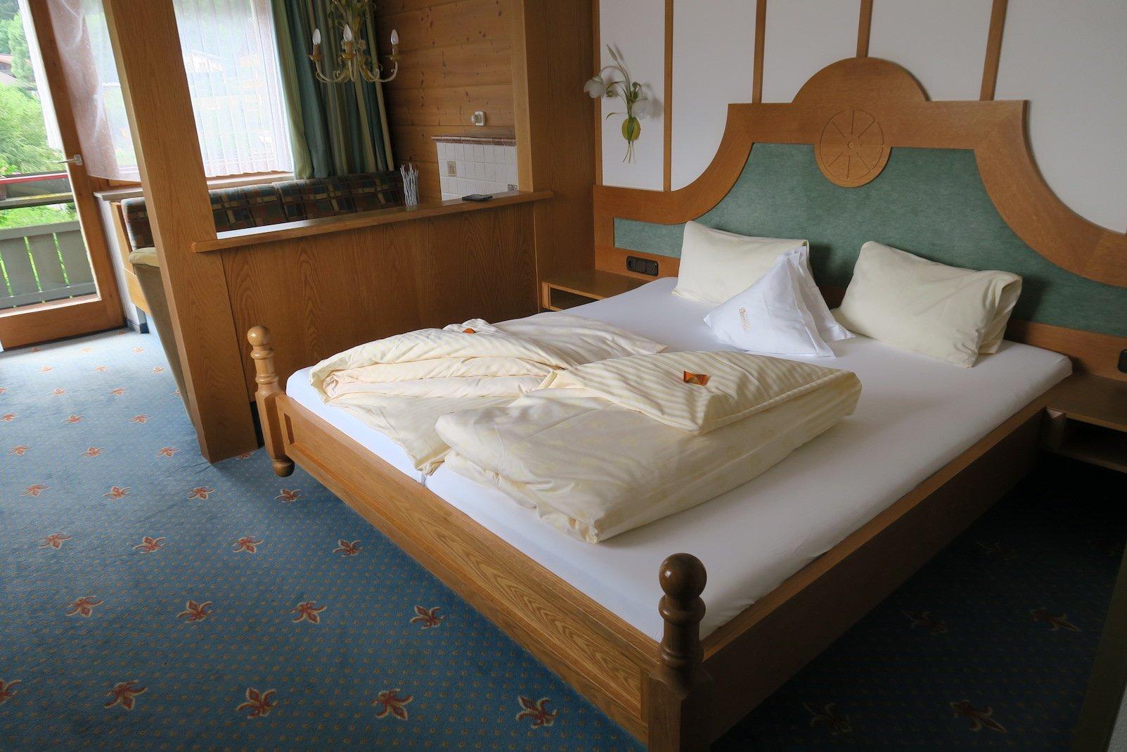 Großes Bett im Hotel Alpenrose in Elbigenalp