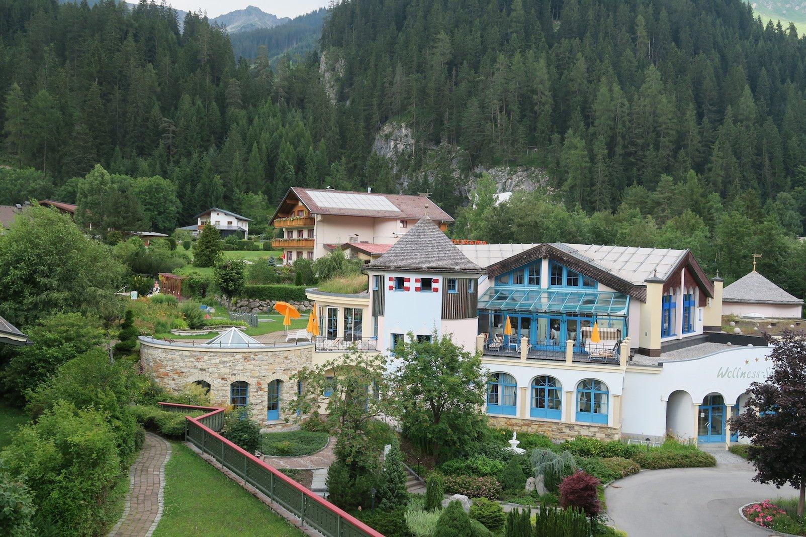 Blick zur Wellnesslandschaft des Hotels Alpenrose in Elbigenalp
