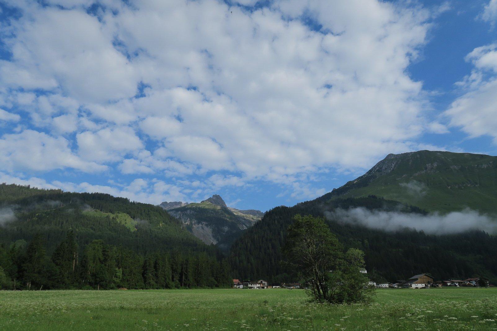 Ein Blick auf die Berge und kleinen Wolken