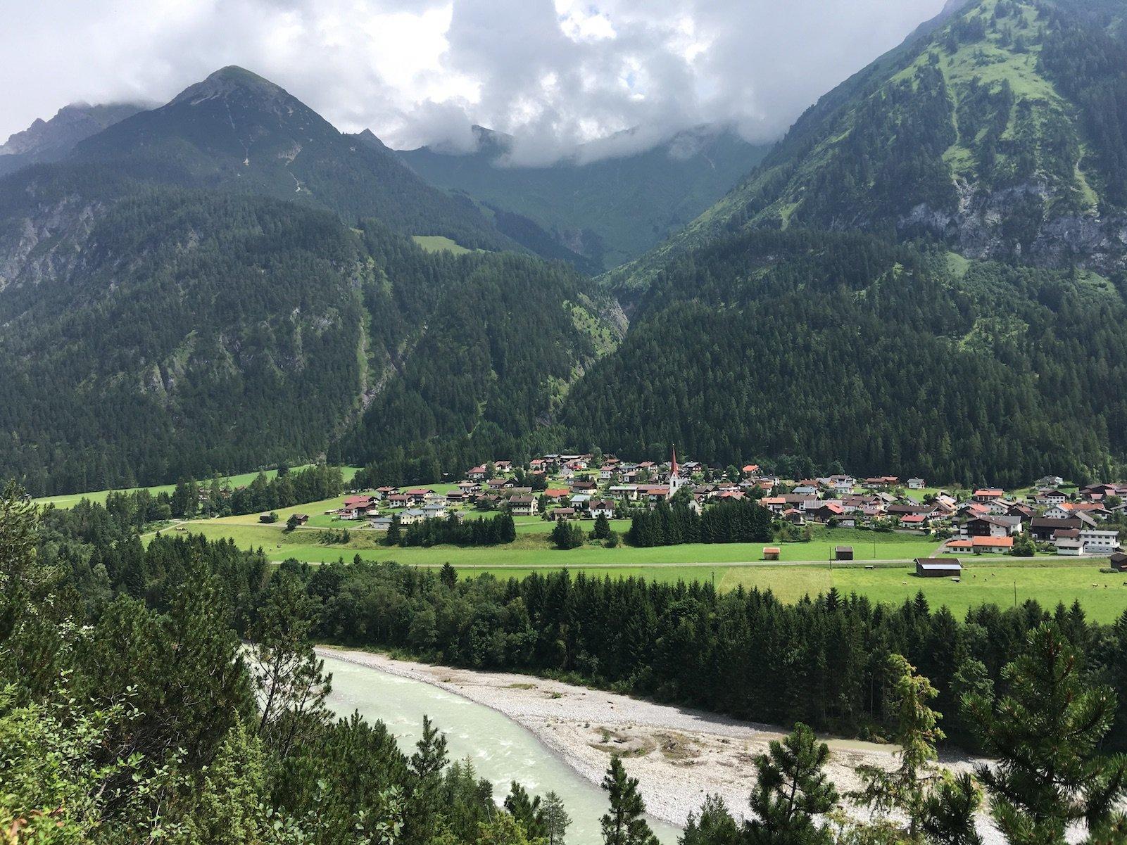 Blick runter auf den Lech und auf Elmen