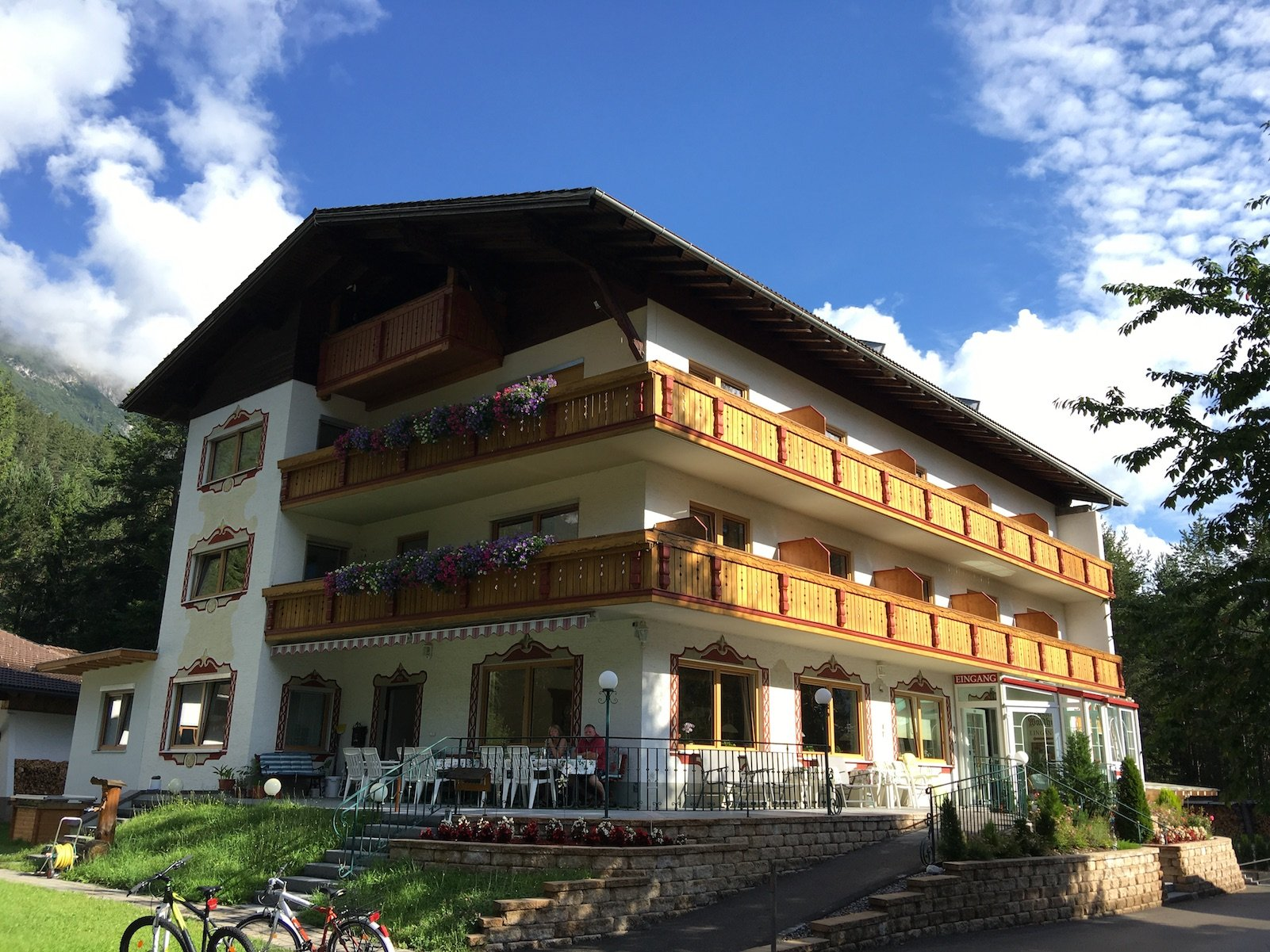 Die Pension Waldhof Stanzach am Morgen