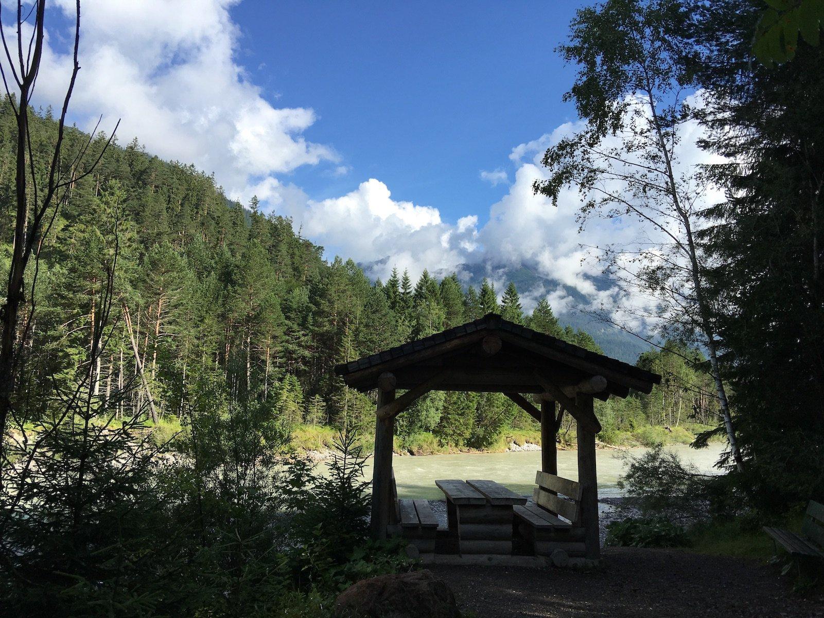 Kleien Rastmöglichkeit mit Hütte am Rande des Lechwegs, kurz nach Stanzach