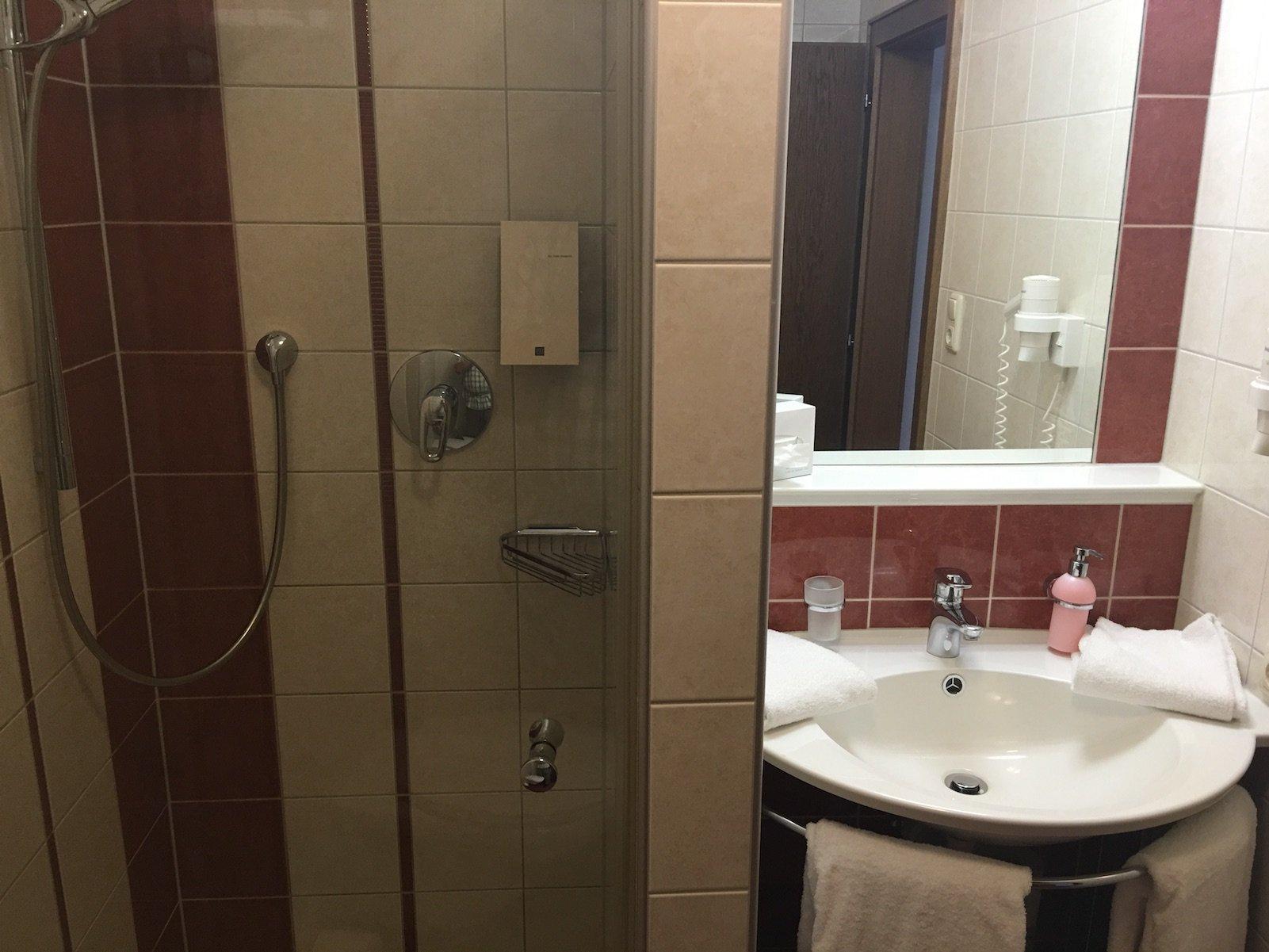 Funktionales Bad mit Dusche im Hotel Landgasthof Lilie in Höfen