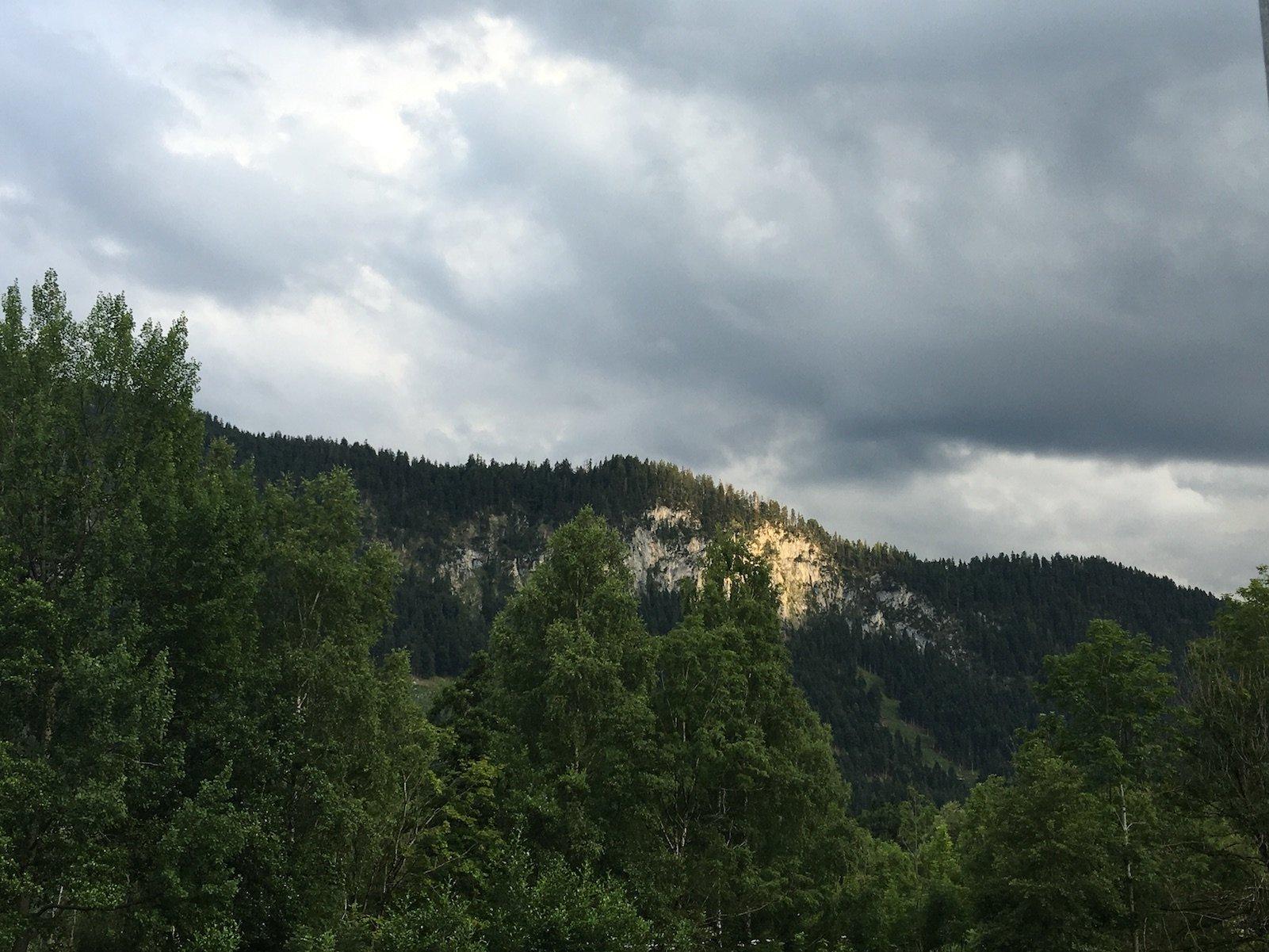 Bewölkter Himmel am nächsten Morgen