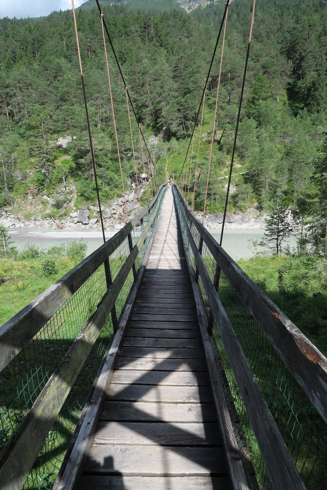 Auf der Hängebrücke bei Forchach