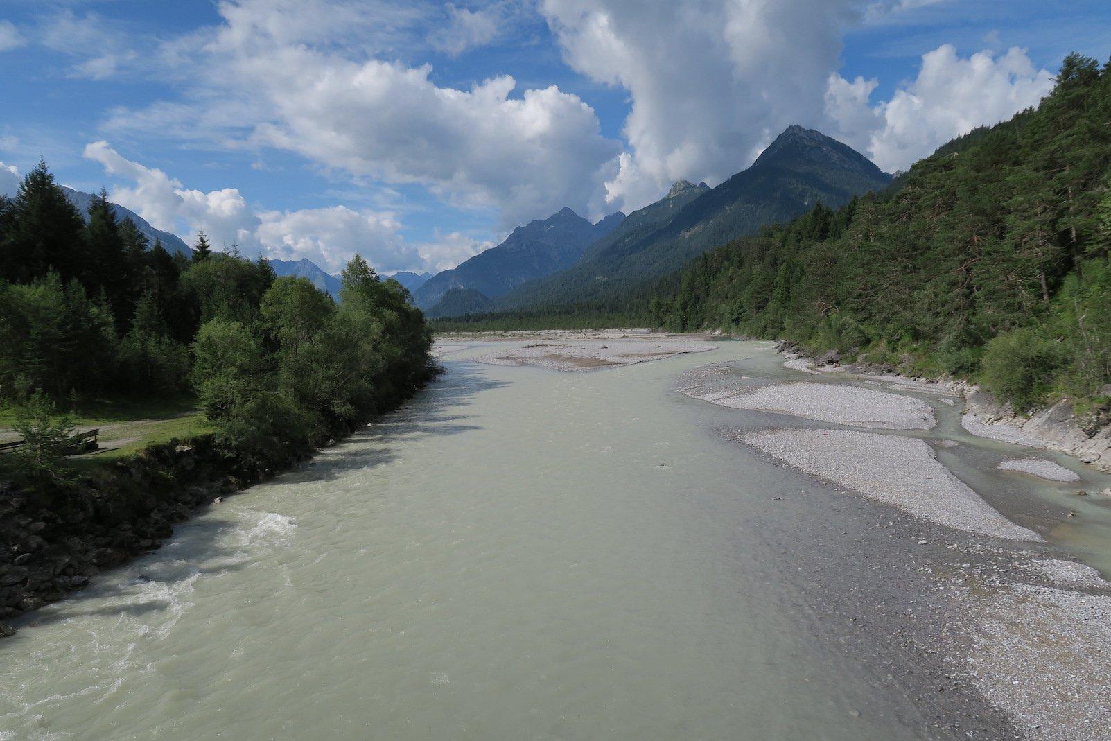 Ausblick von der Hängebrücke bei Forchach den Lech entlang
